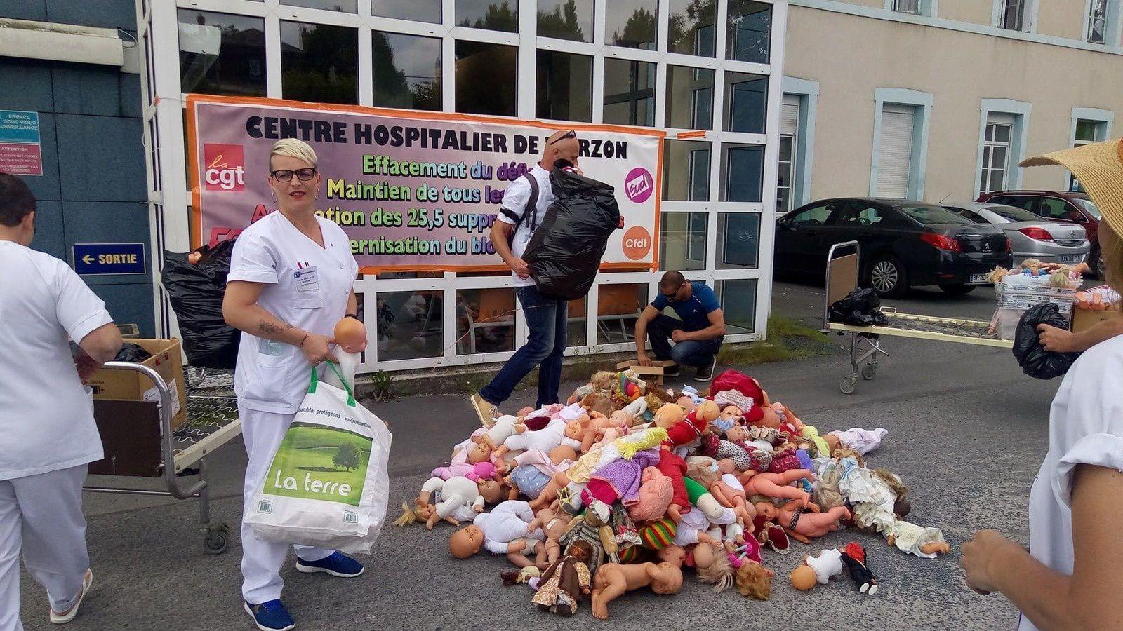 Jerdi 14 juin : la collecte des poupons par le personne de l'hôpital, l'image est très forte symboliquement, un peu glauque dirons certains mais destinée à susciter la réaction des autorités de tutelle.