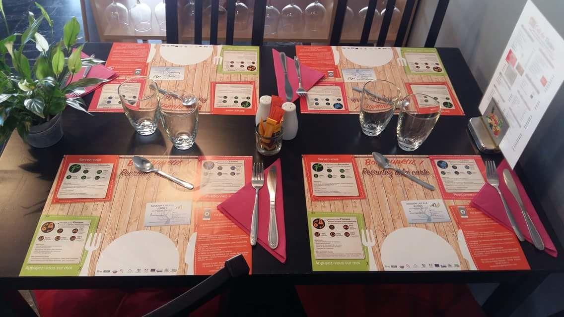 Des sets de table CV de la mission locale chez des restaurateurs de Vierzon