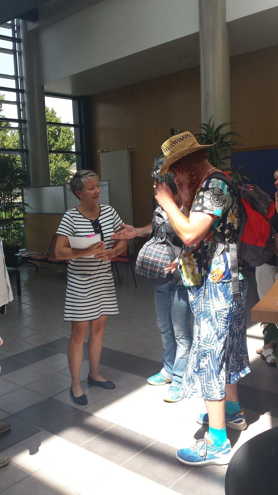 Hôpital : le cortège des fausses femmes enceintes est allé rendre visite à l'agence régionale de santé à Bourges !