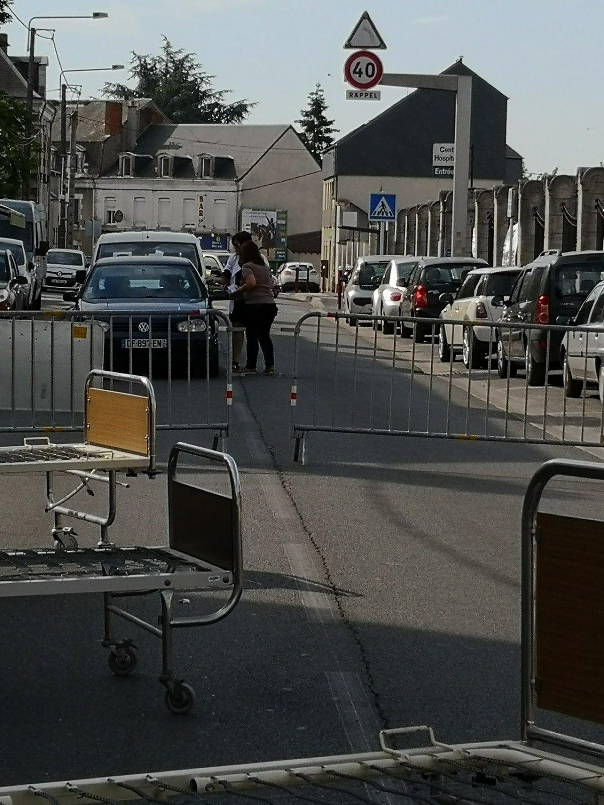 Hôpital : les grévistes barrent la route de Tours