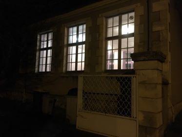 Pourquoi y-a-t-il de la lumière dans l'ancienne école des Forges ?