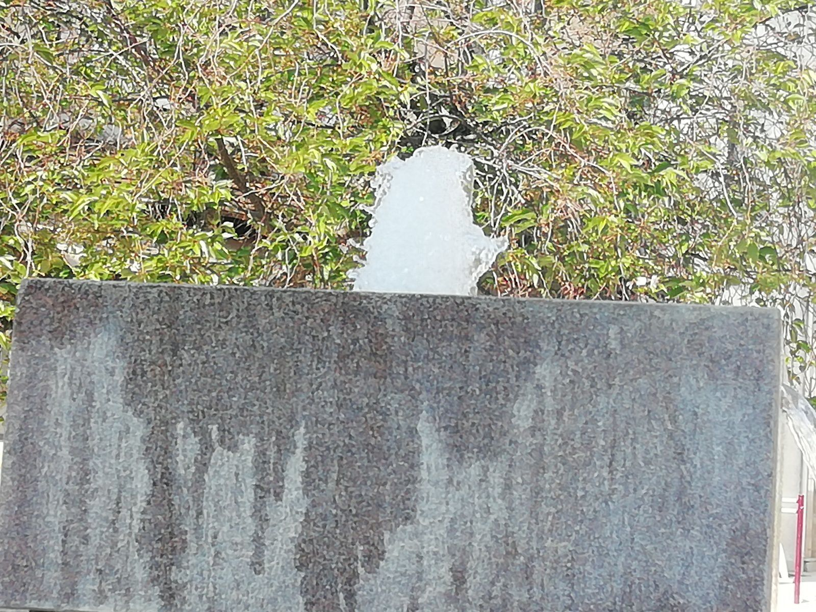La fontaine rose de la place Gallerand sous le soleil