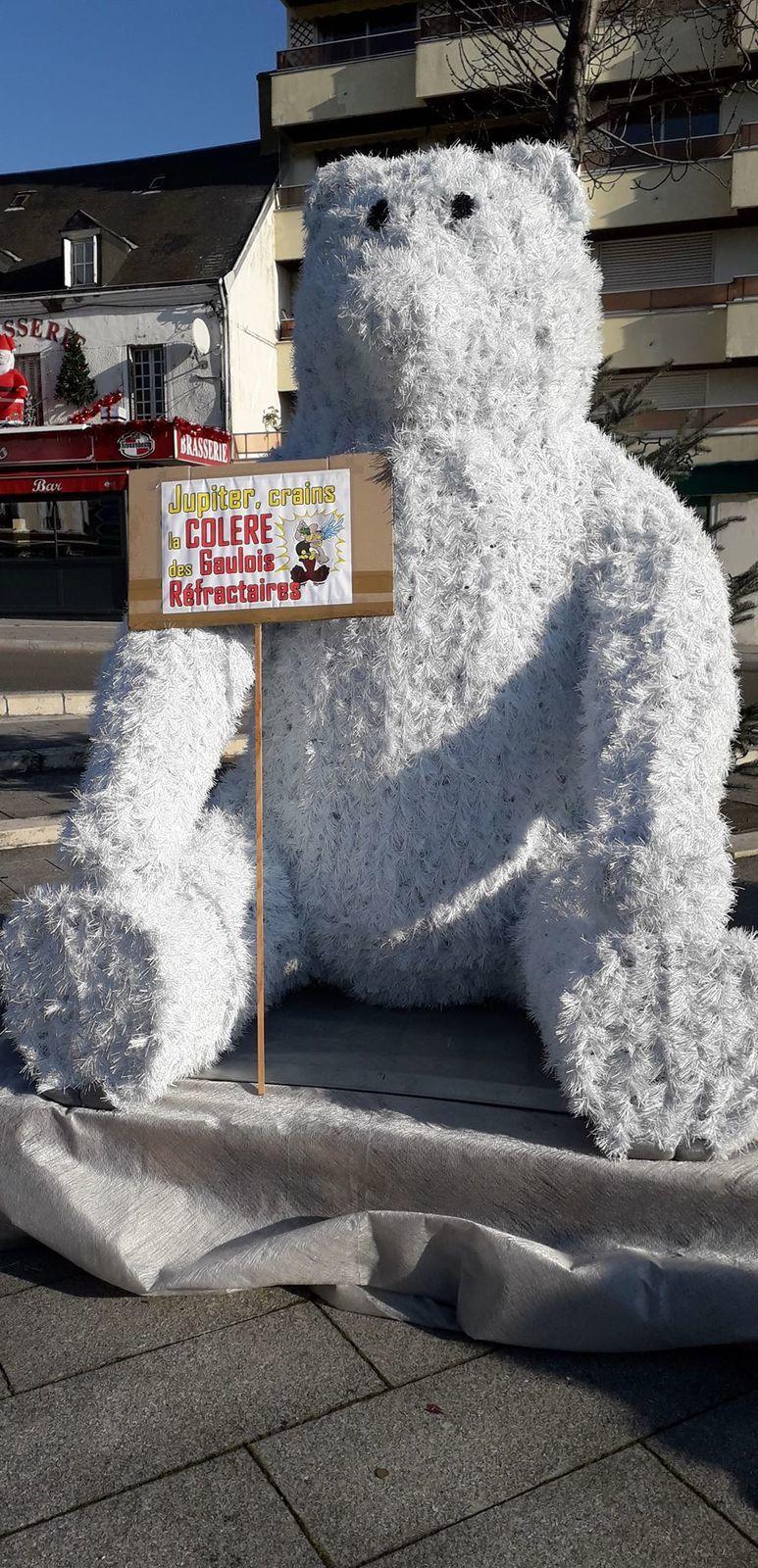 L'ours de la place Péri contre la réforme des retraites