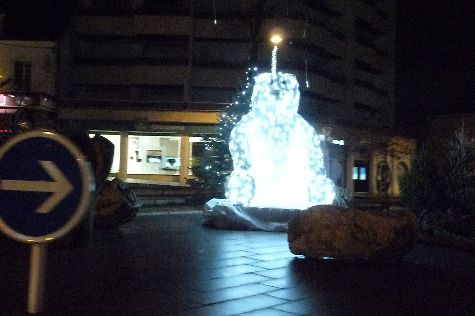 Illuminations de Noël : l'ours, en plus, s'allume place Péri !