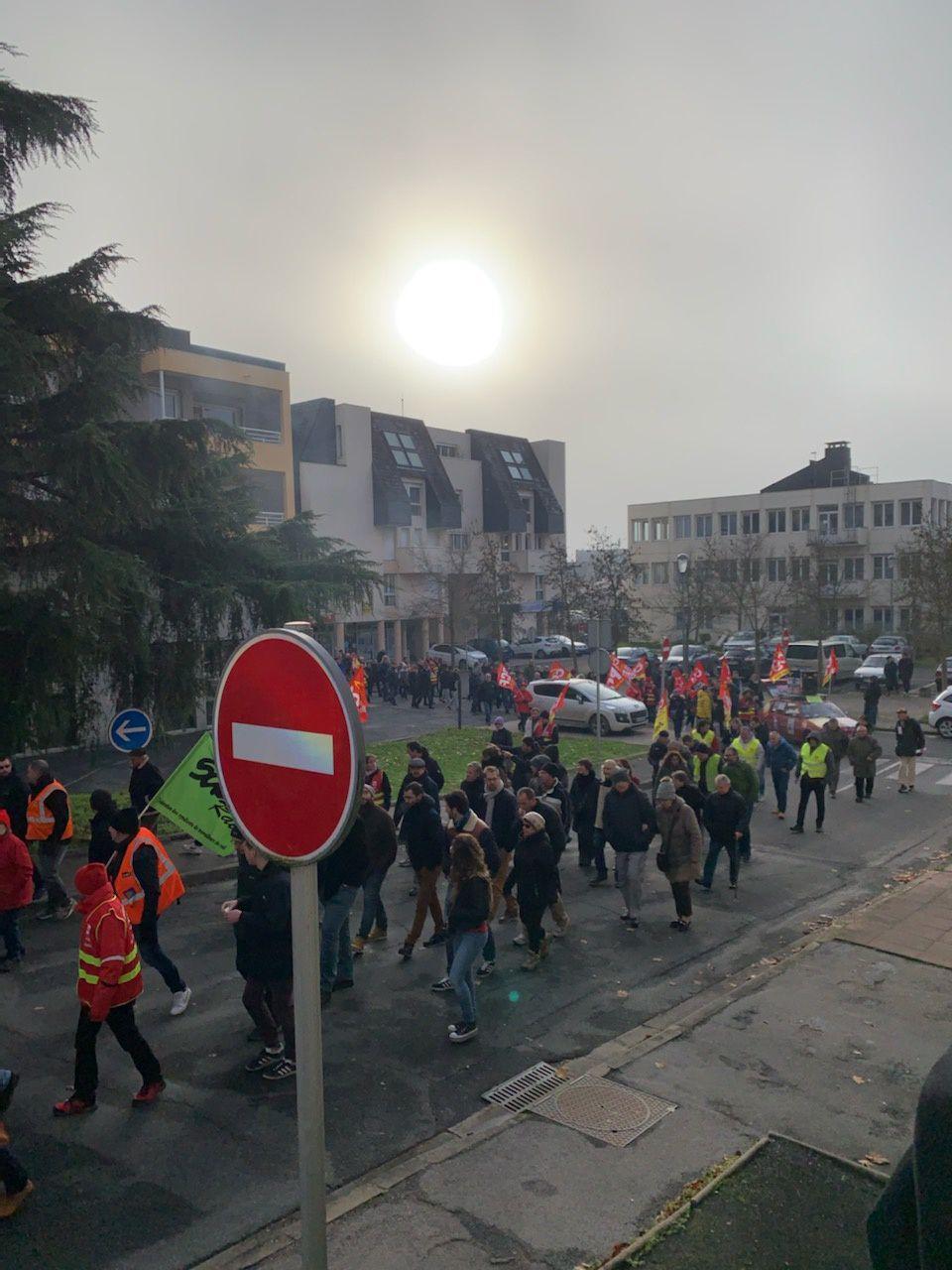 Un millier de personnes dans les rues de Vierzon ce mardi matin