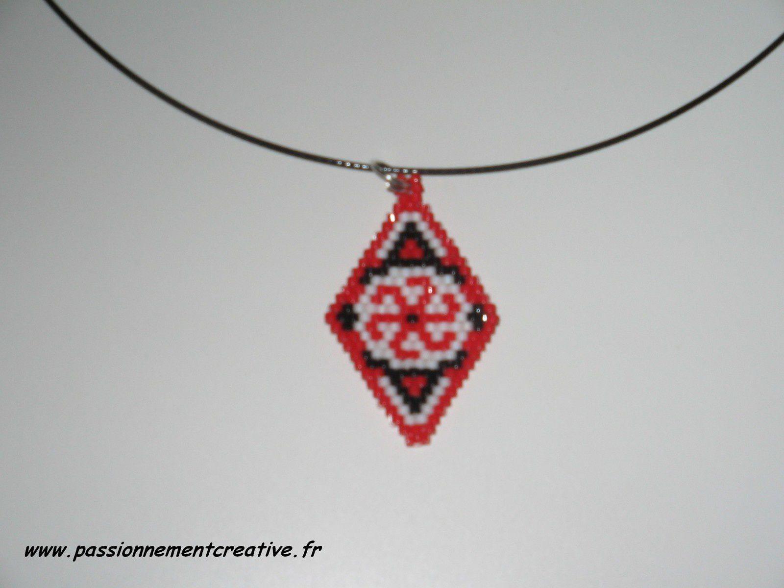 Pendentif croix rouge en perles miyuki