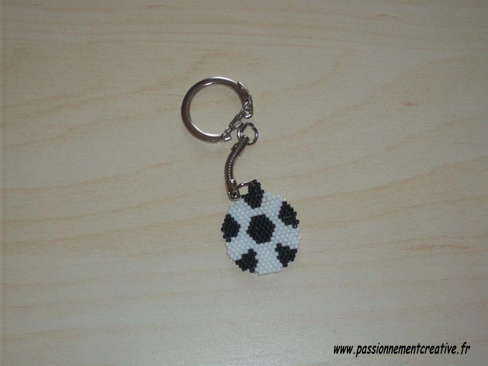 Porte clés Ballon de foot en perles Miyuki