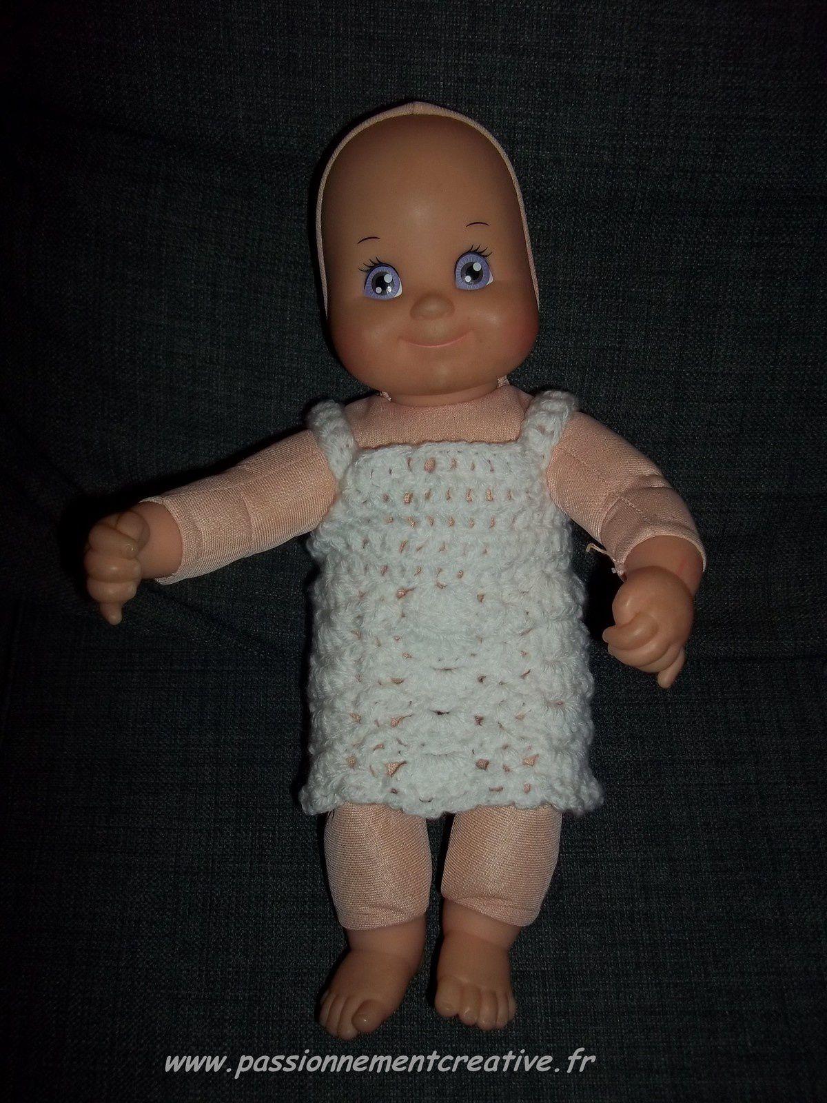Tenue de poupées, une robe blanche