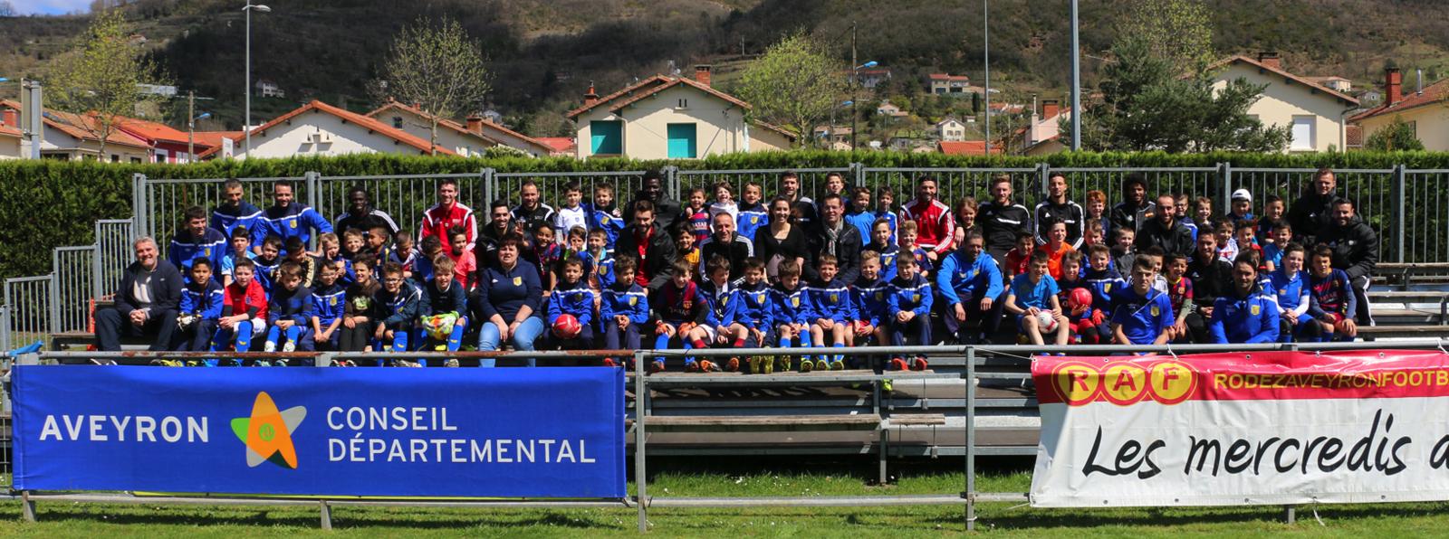 Autour des élus départementaux, les jeunes du SSA ont posé pour la photo souvenir avec les joueurs du Rodez Aveyron Football.