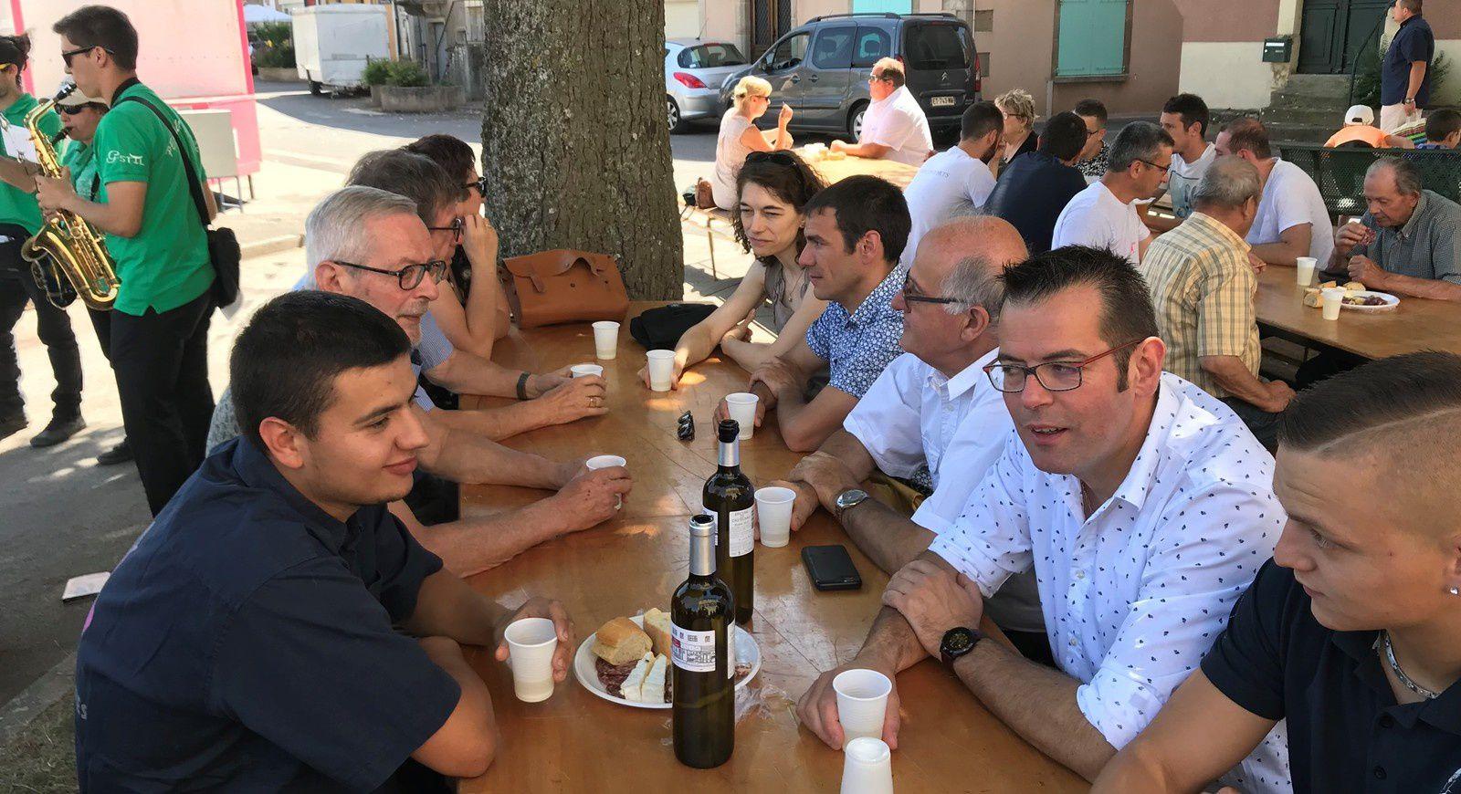 Sébastien David, aux côtés du comité des fêtes, du maire de Vabres et de son équipe municipale.