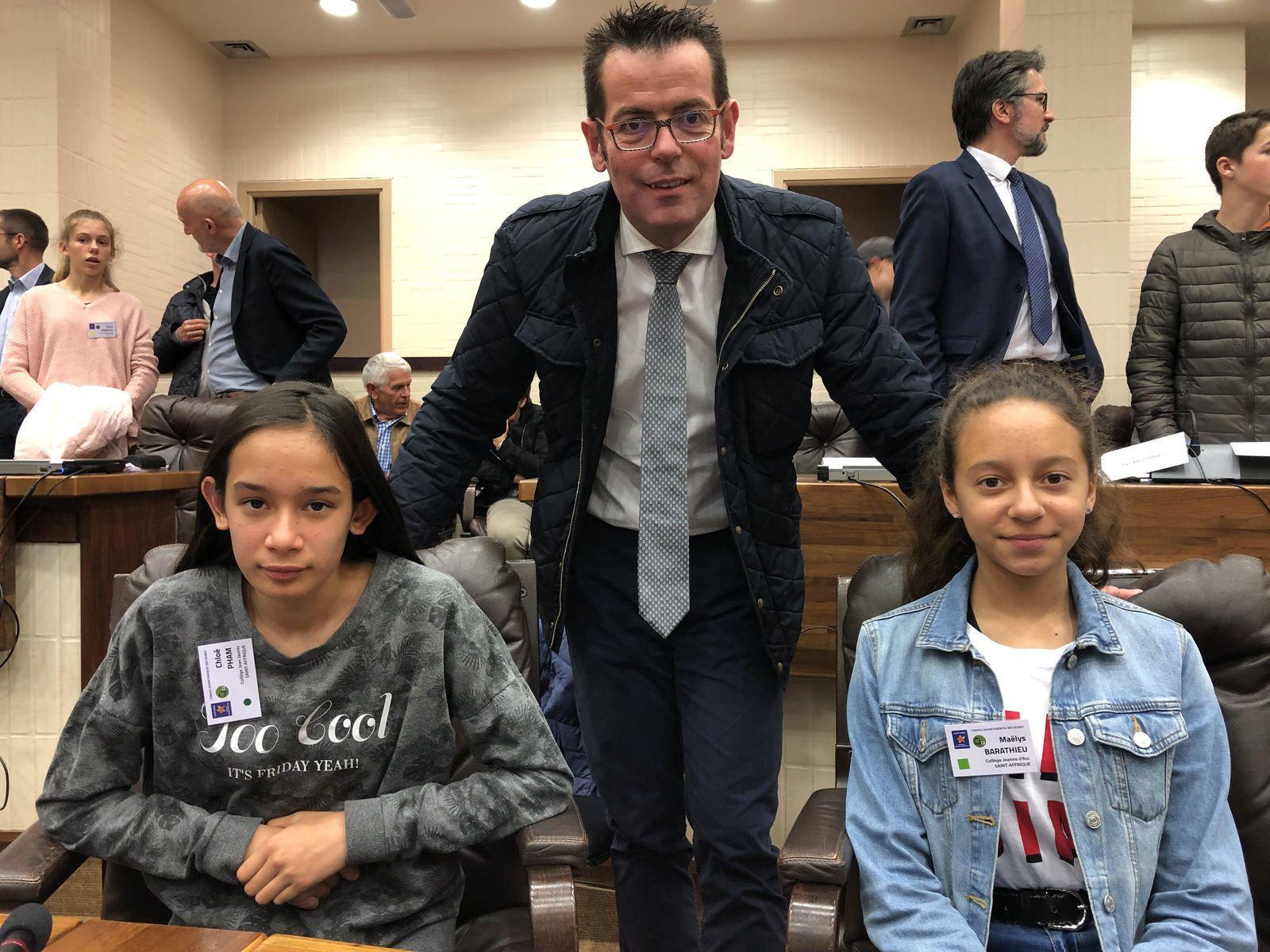 Les deux jeunes conseillères départementales juniors aux côtés de Sébastien David