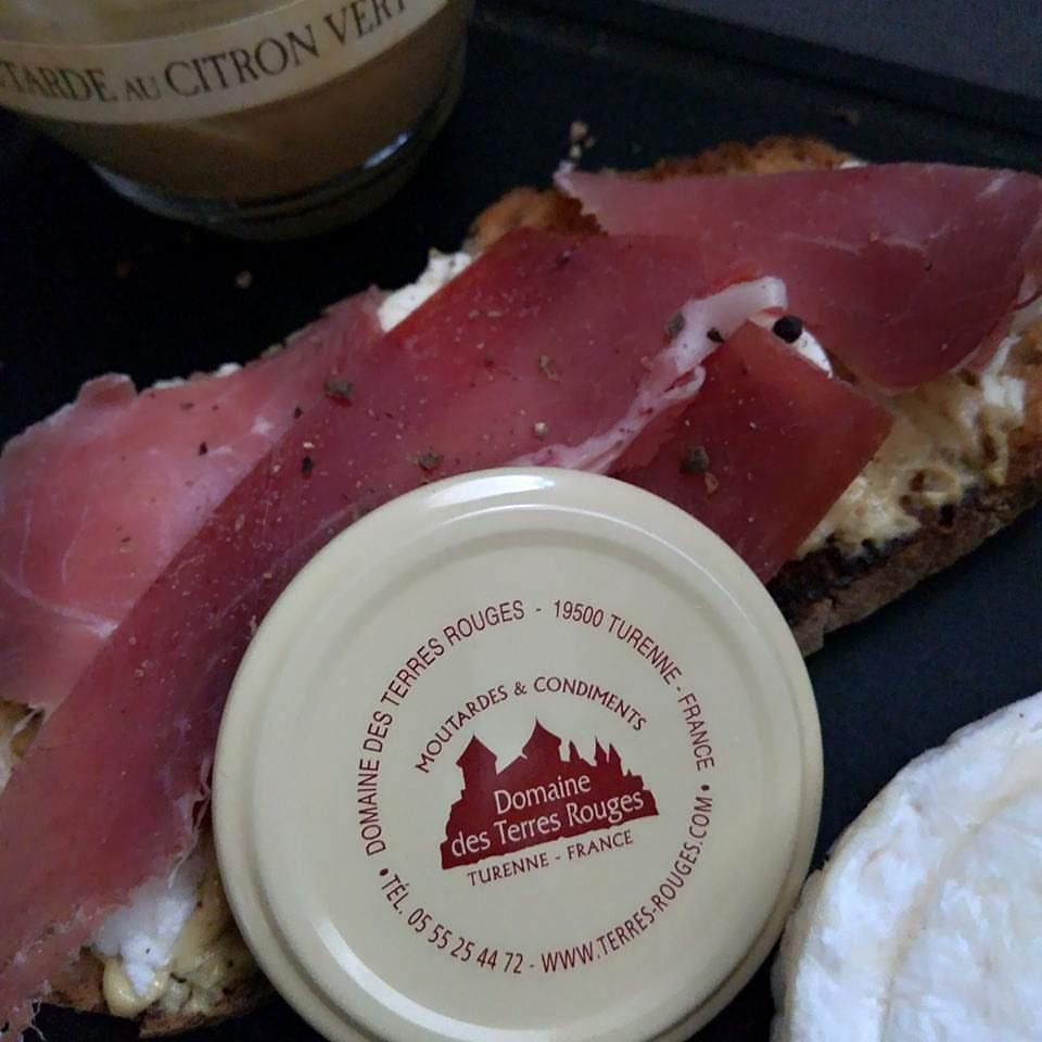 Ma tartine gourmande : Au chèvre frais jambon Serrano à la moutarde au Citron-Vert du Domaine Des Terres Rouges .