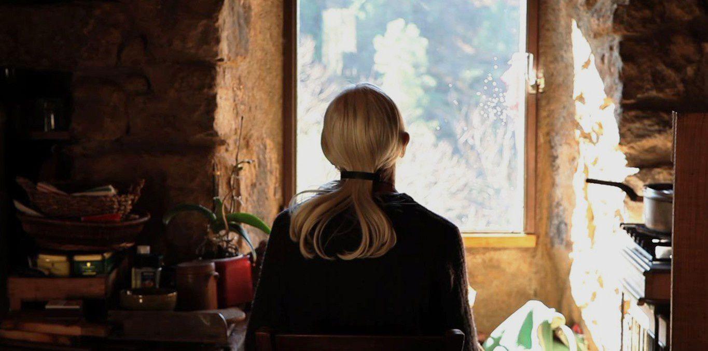 """""""Quand je lui ai demandé ce qu'était une ermite, elle m'a dit """"une ermite, c'est rien"""". Françoise vit seule depuis plus de quarante ans dans une forêt du Sud de la France. Elle a accepté que je vienne la voir régulièrement pendant un an et demi avec ma caméra."""" (Victoria Darves-Bornoz)"""