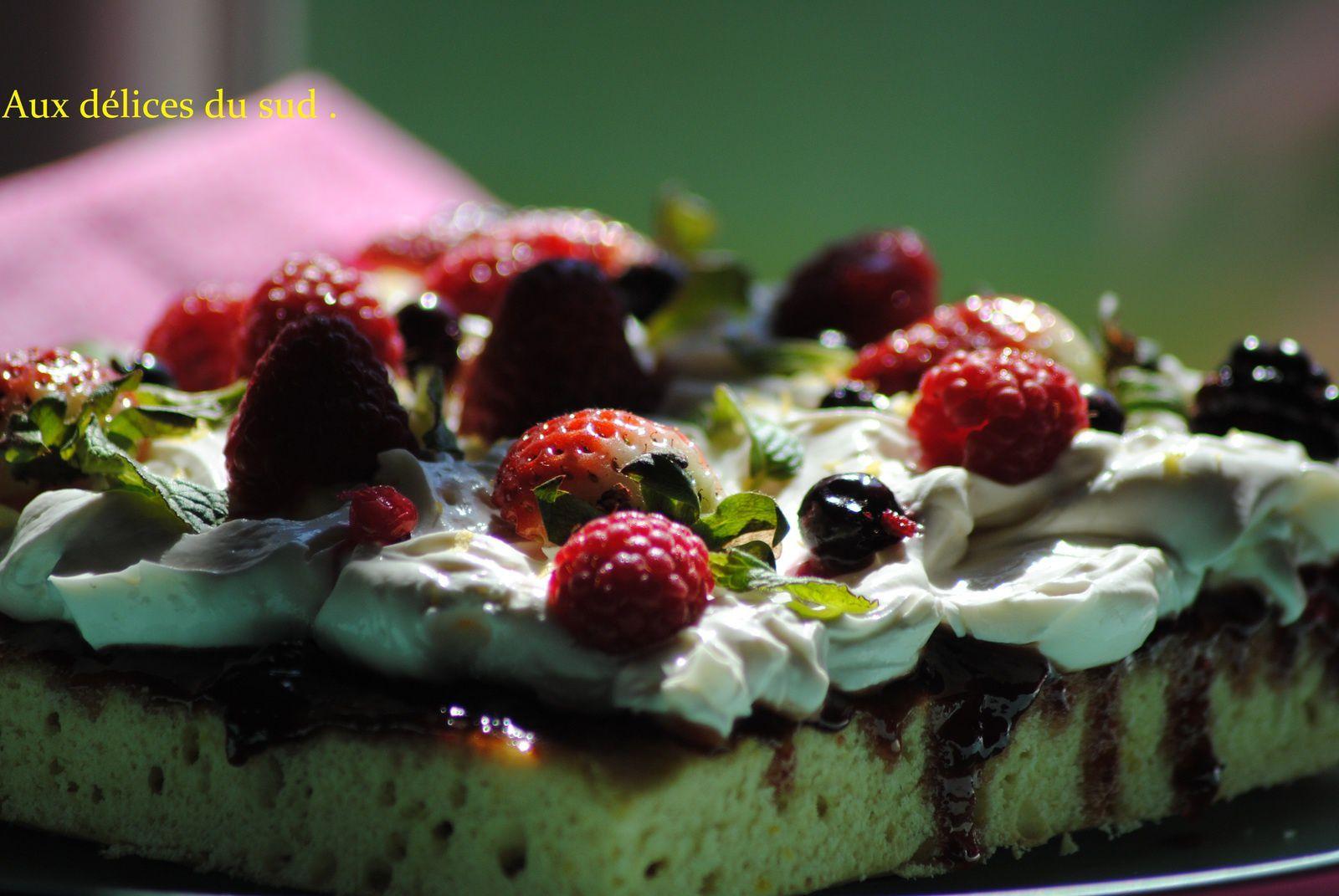 Gâteau moelleux à la confiture de fraises ,chantilly au mascarpone et fruits rouges