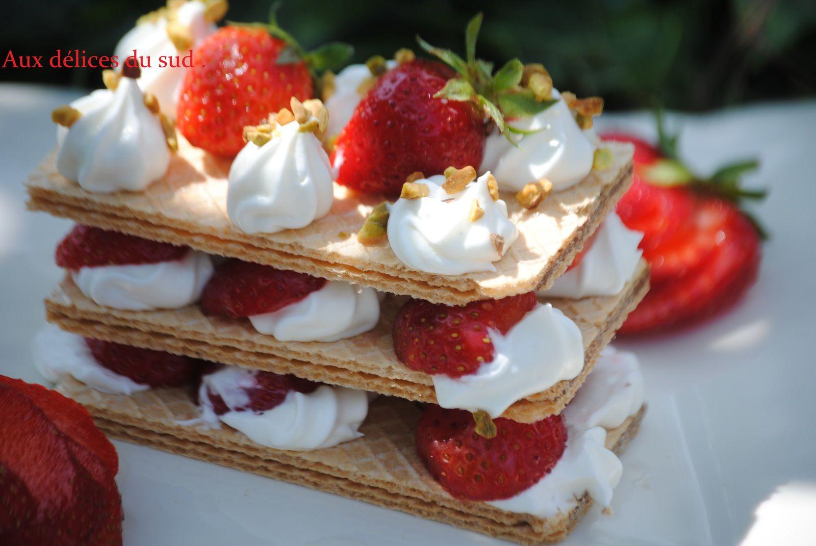 mille- feuille de fines gaufrettes chocolat noisettes , chantilly à la pâte de nougat blanc et fraises .