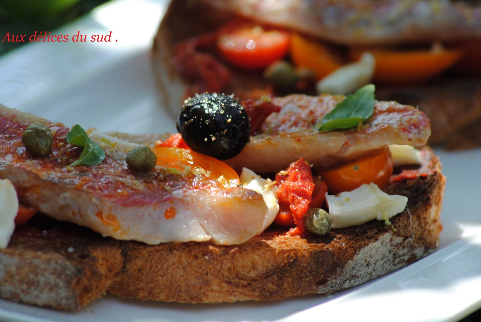 Bruschetta de filets de rouget et tomates cerise .