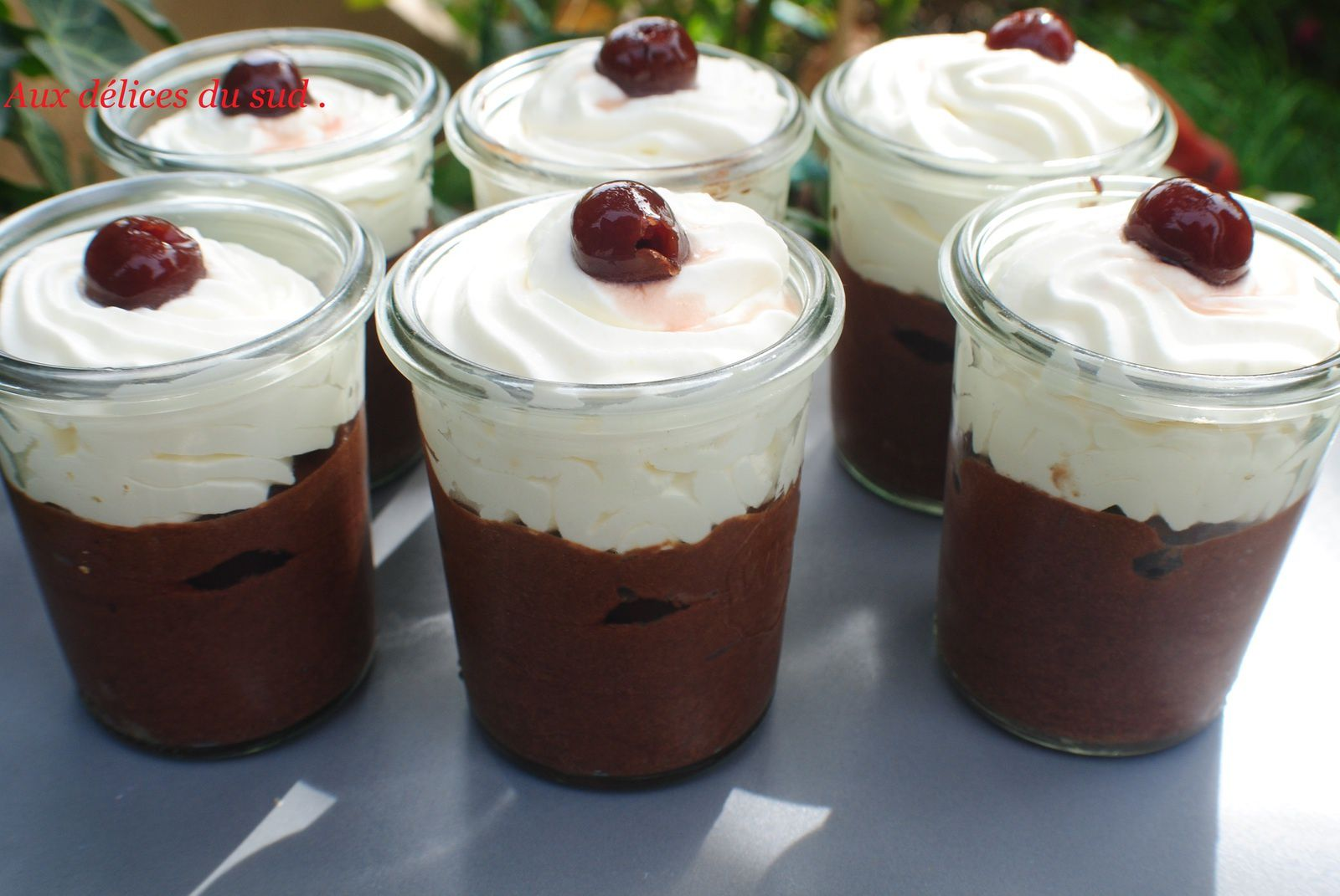 Mousse au chocolat , cerises au guignolet et chantilly à l'orange