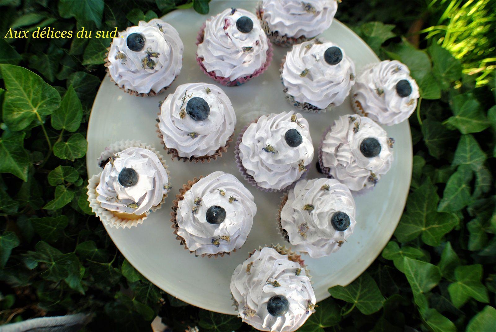 Cupcakes aux myrtilles et fleurs de violette .