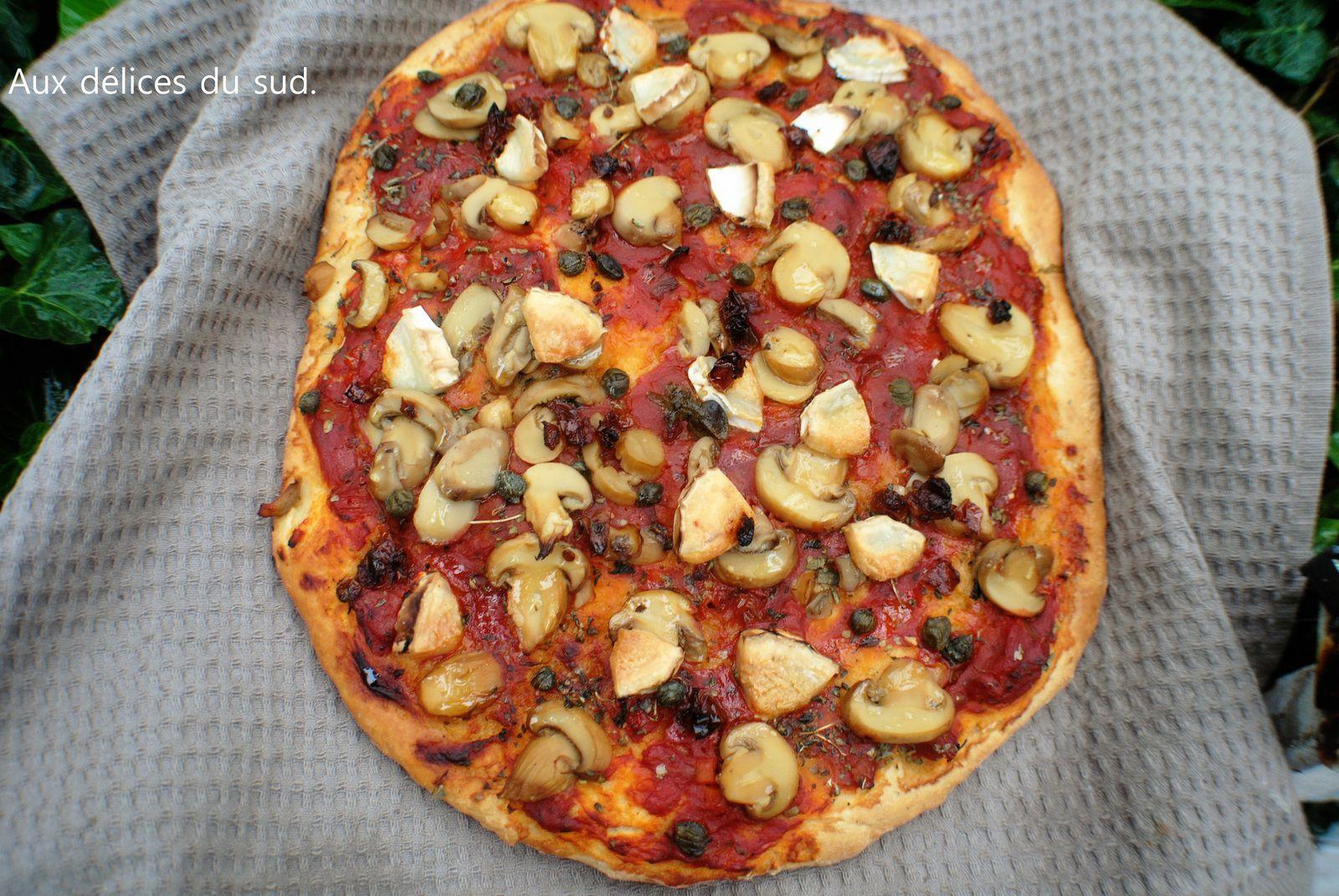 Pizza aux champignons et chèvre .