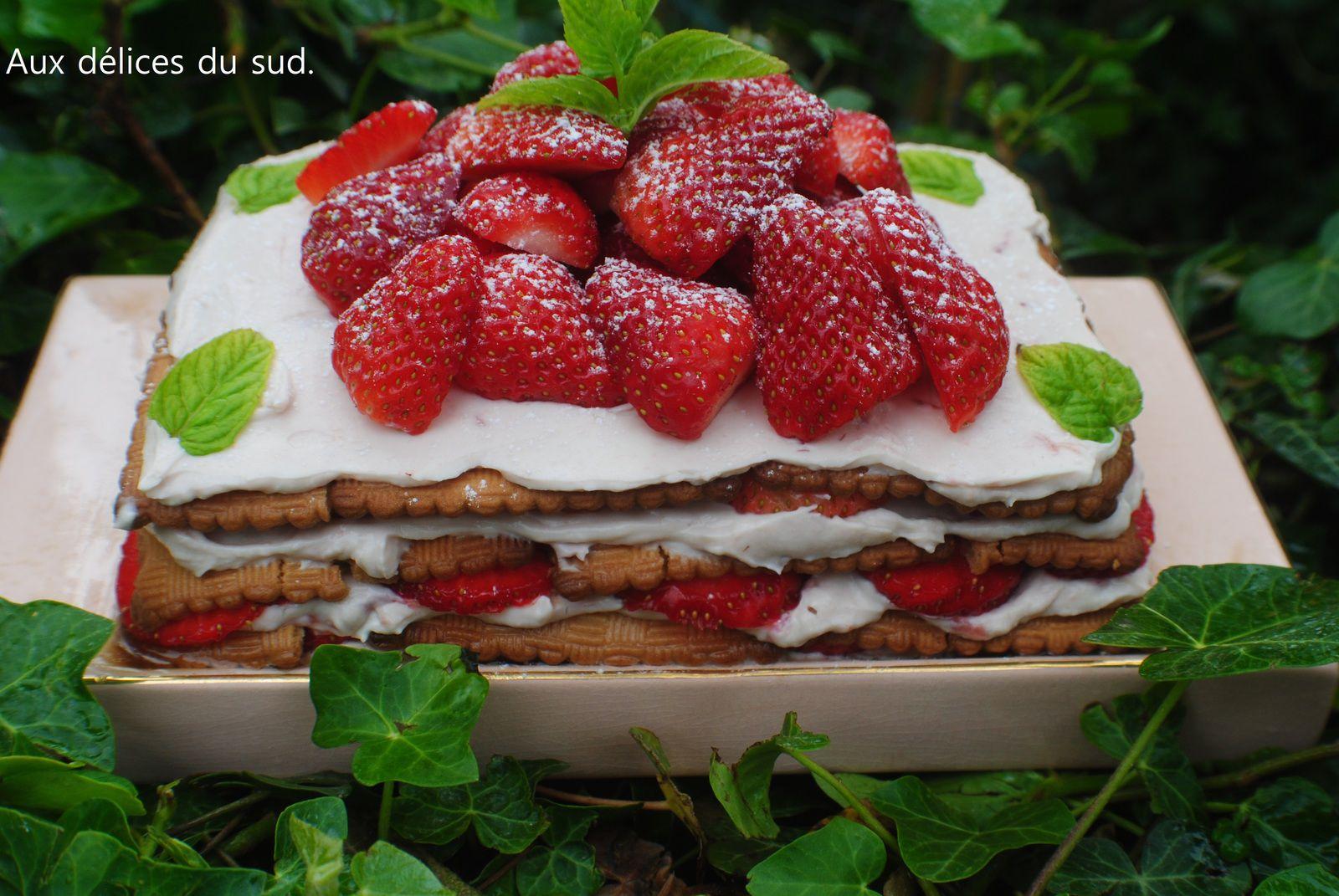 Gâteau aux biscuits thé brun au mascarpone et fraises .