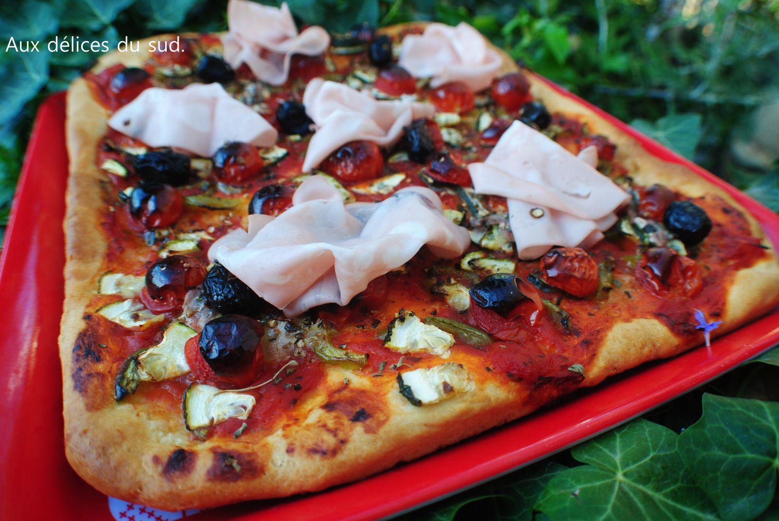 Pizza aux légumes et mortadelle .