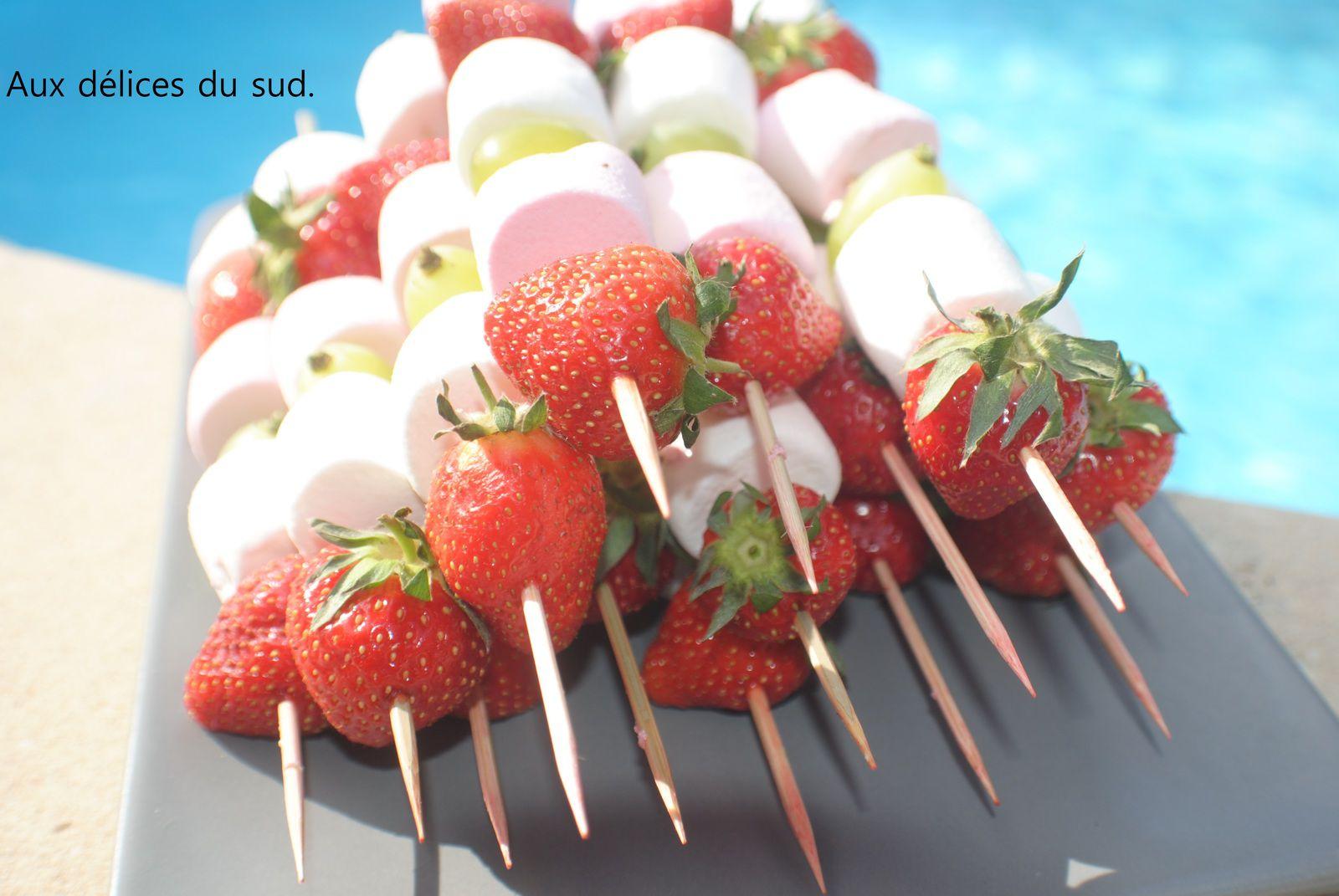 Brochettes de marshmallows et fruits pour apéro dinatoire .