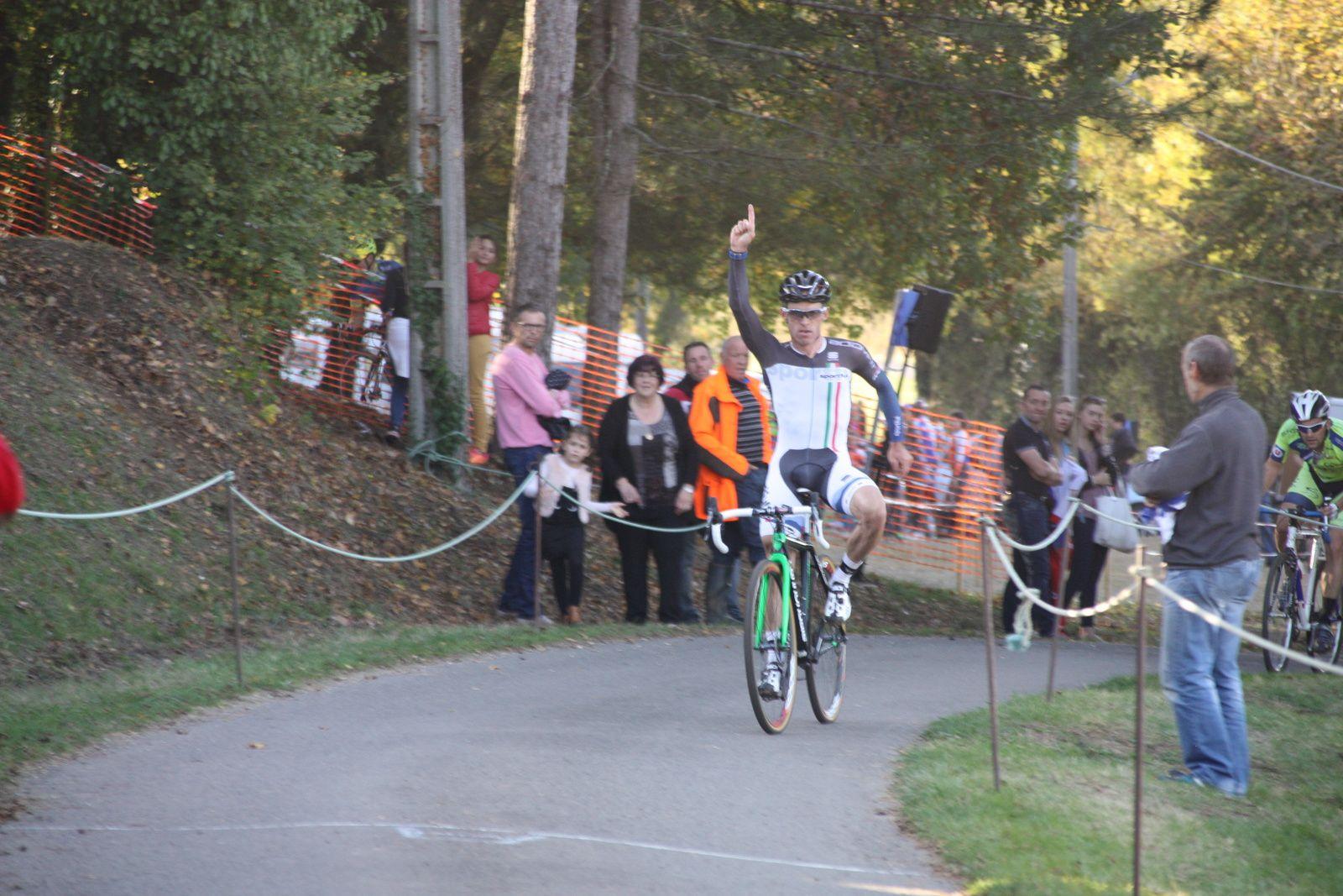 Victoire  de  Loic  HERBRETEAU(CC  Marmande??), il  semble  que  le  club  n'a  plus  de  maillots  pour  son coureur!!