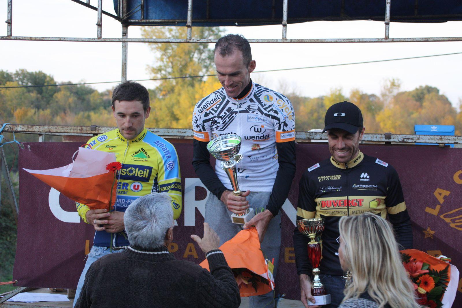 Le  podium  avec  le  vainqueur  qui  vient  de  retrouver  un  maillot  du  CC  Marmande!!
