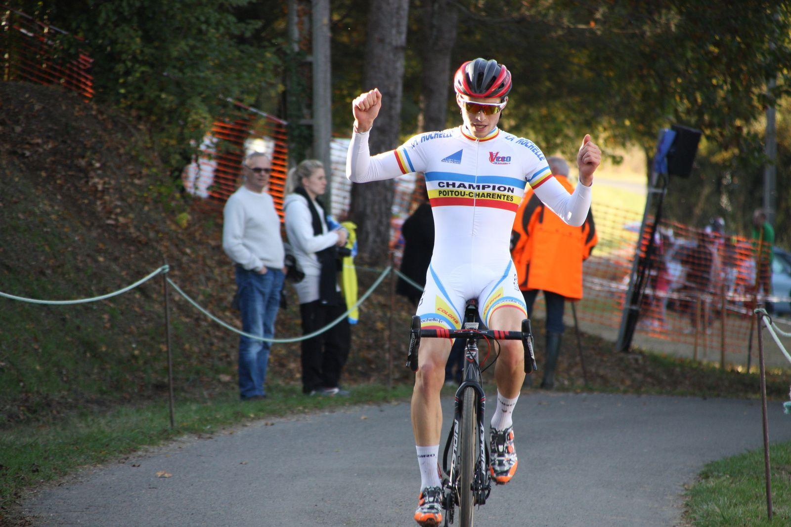 L'arrivée  et  la  victoire  de  Gaétan  BOUCHERY(VC  Charente-Océan)