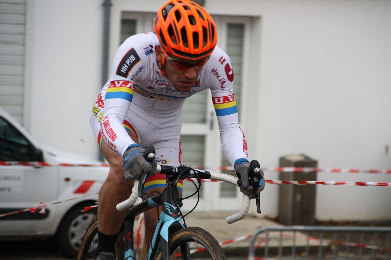 Yohan  CRON  creuse  l'écart , c'est  maintenant  le  coureur  de  La  Roche  Vendée  qui  est  en  2e   position