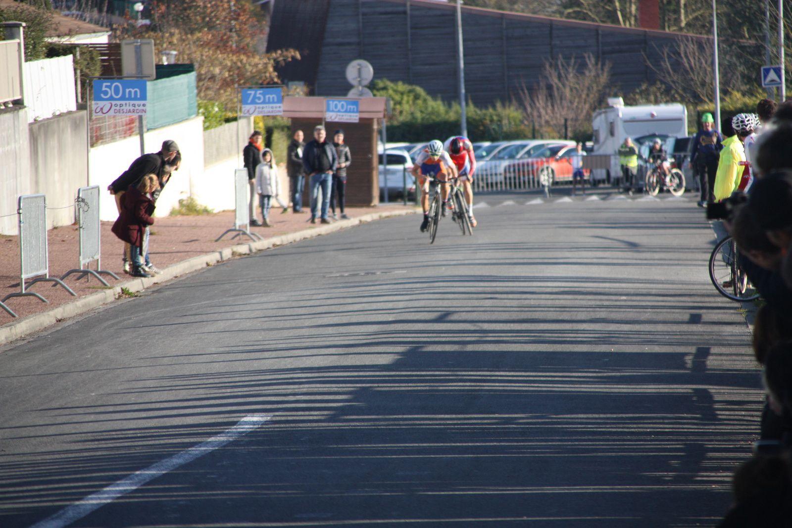 Gaétan  BOUCHERY  déchausse  et  Quentin  ZENDRINI(UA  La Rochefoucault)  s'impose facilement  au  sprint