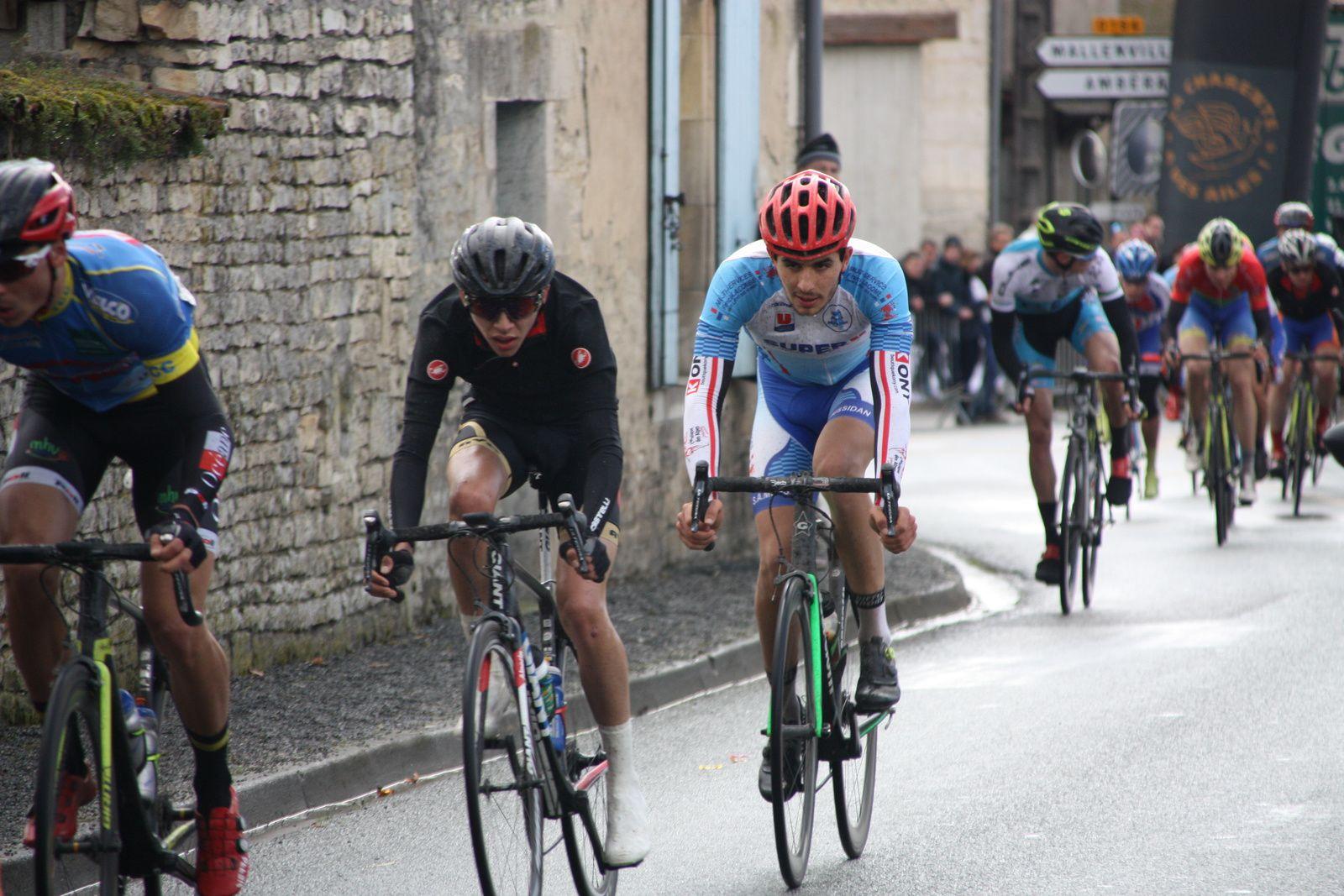 Fin  du  1er  tour  Ludovic  NADON  emméne  toujours  le  groupe  qui  commence  à  perdre des éléments