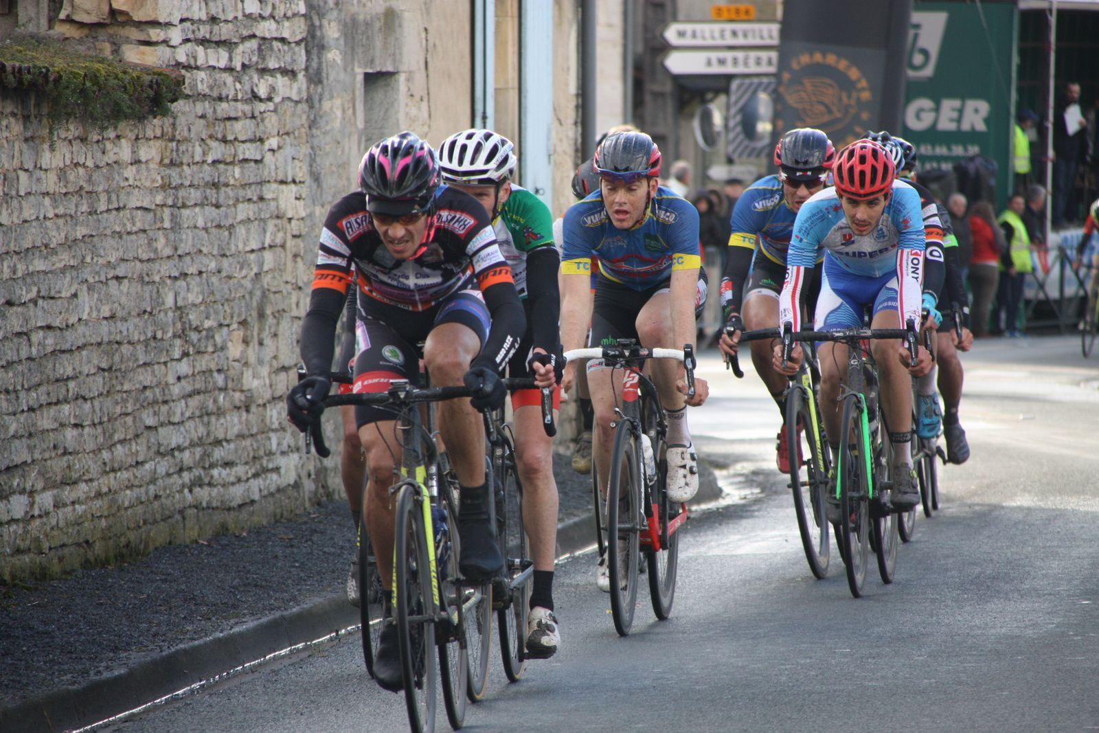 5e  tour  crevaison  pour  le  polonais  de  l'APOGE  qui  avait  animé  le début  de  l'épreuve.