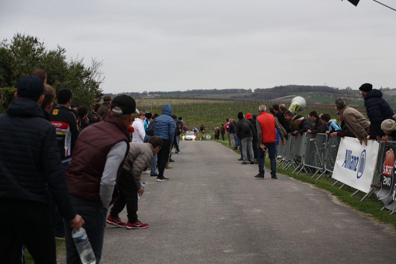 Le  sprint  d'arrivée  et  la  victoire  pour  Michaél  LARPE(US  Montauban), 2e  Clément  SAINT MARTIN(Angouléme  VC), 3e  Vadim  DESLANDES(AC  Nersac), 4e  Maruis  GASIOROWSKI (Team U Cube 17)