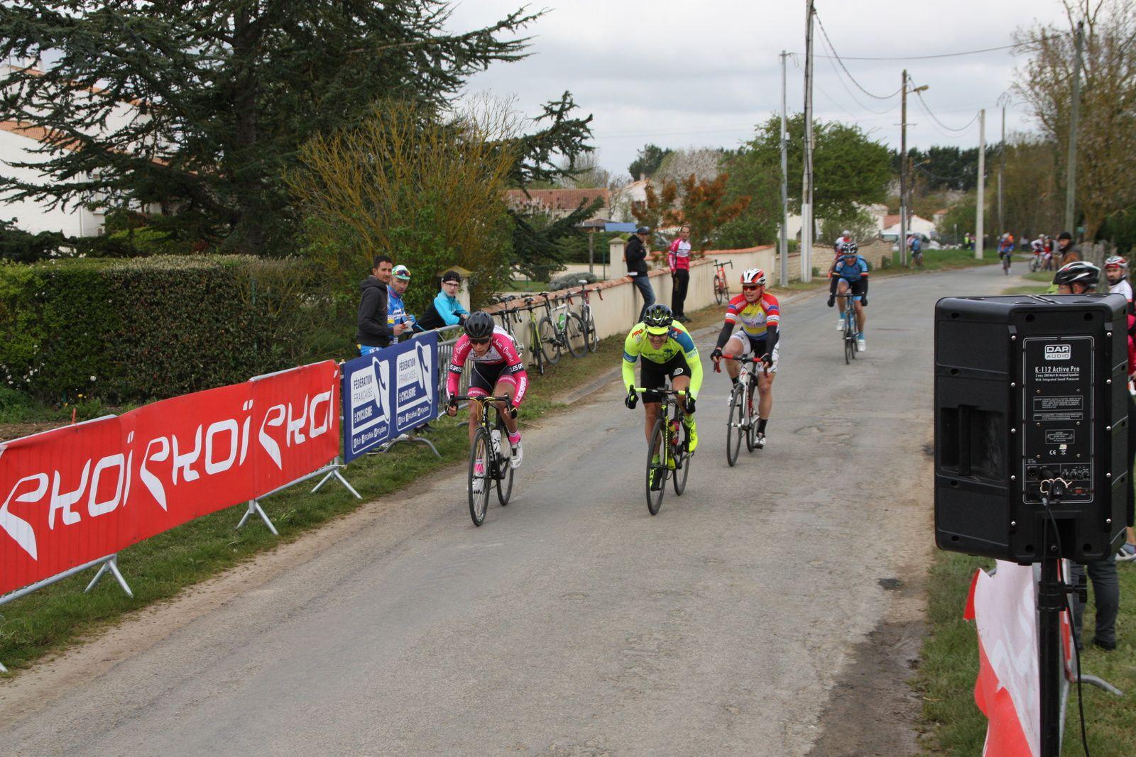 L'arrivée  et  la  victoire  pour  le  junior  Valentin  COLLET (VC  Rochefort), 2e  Cyril  VIGIER(VCC  Marennes)