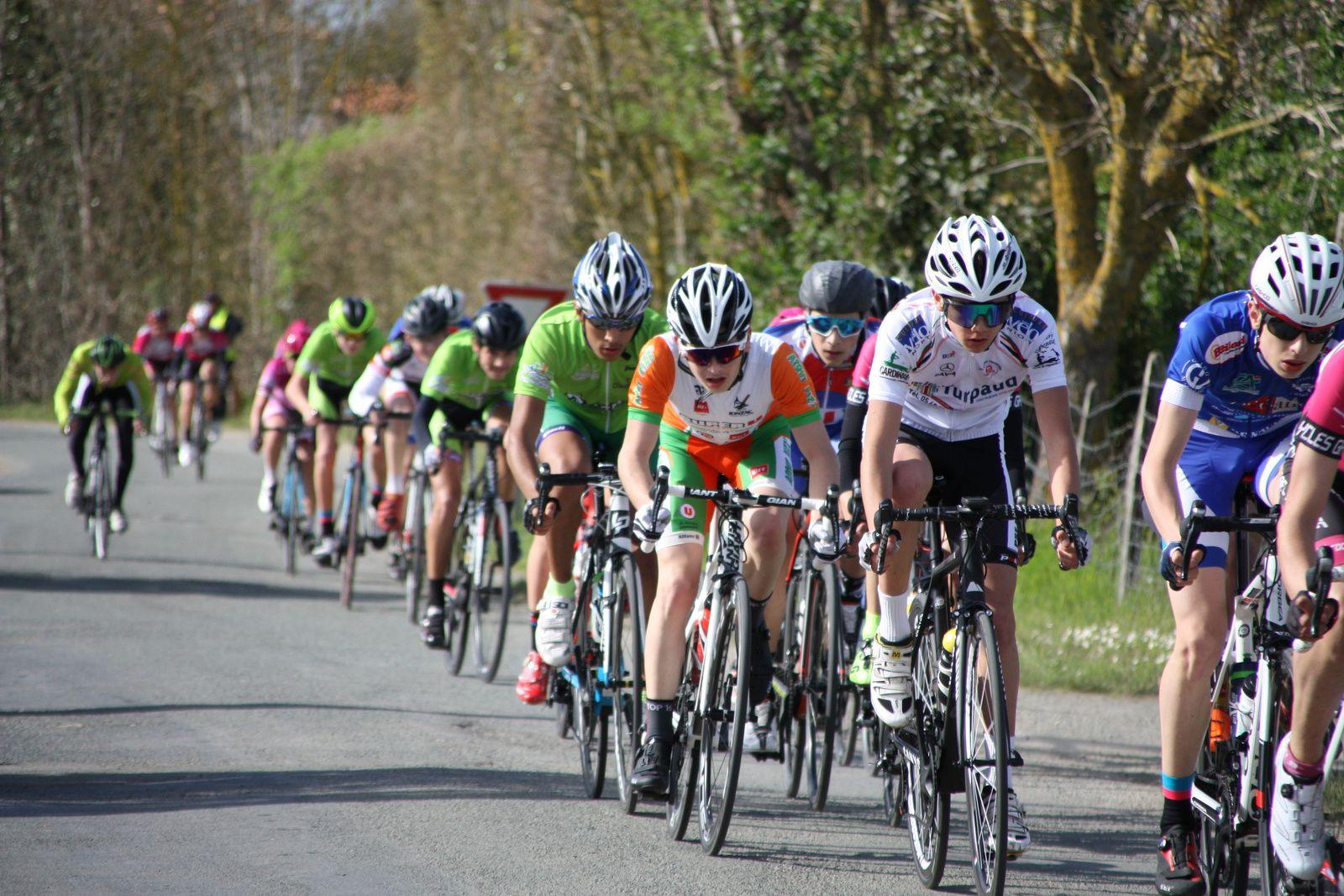 A  tour  de  l'arrivée , il  semble  maintenant  que  l'arrivée  au  sprint  est  inévitable, Simon  BRUET  est  revenu.