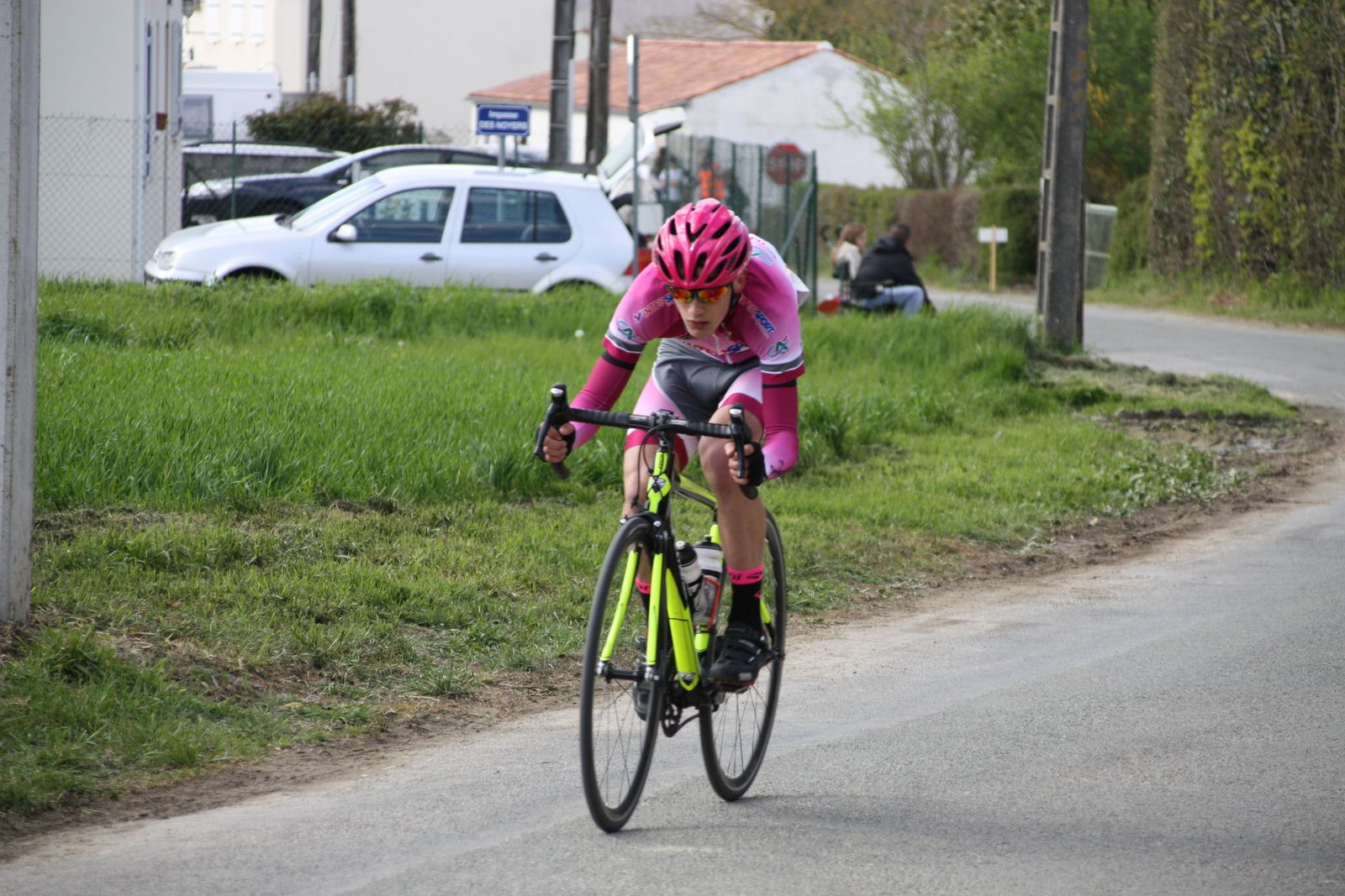 A  3  tours  de  l'arrivée  le  même  coureur  de  Dordogne  se  montre  le  plus  actif  sur  les  primes, Simon  BRUET  est  lui  revenu  sur  la  2e  partie  du  peloton