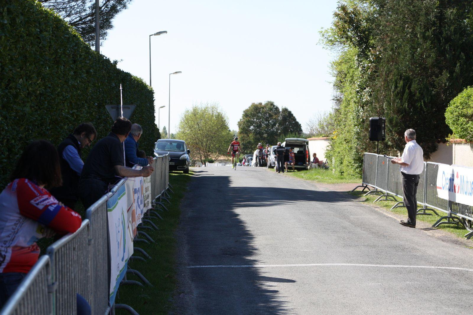 L'arrivée  et  la  victoire  pour  Stéphane  BOUCHET (CC  Vervant)