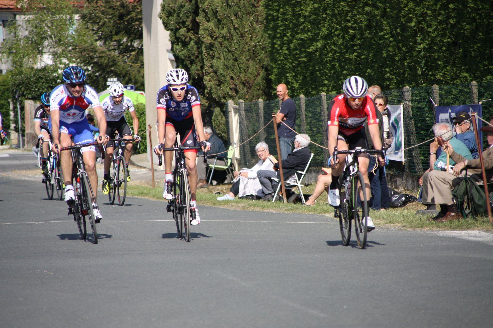 Toujours  les  3  mêmes  coureurs  en  tête, derriére  Thomas  VALENTIN  et  Tom  MAINGUENAUD  font  le  forcing  pour  tenter  de  revenir