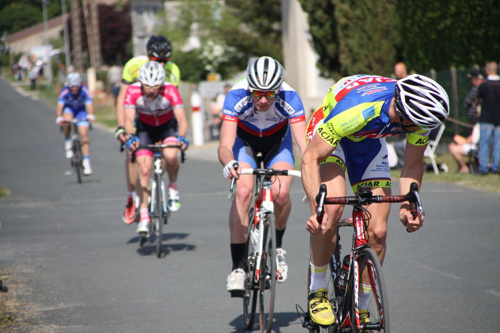 Damien  DELOMME  tente  de  revenir  sur  le  2e  groupe  puis  derriére  Laurent  PINEAU  et  Arnaud  PETIT