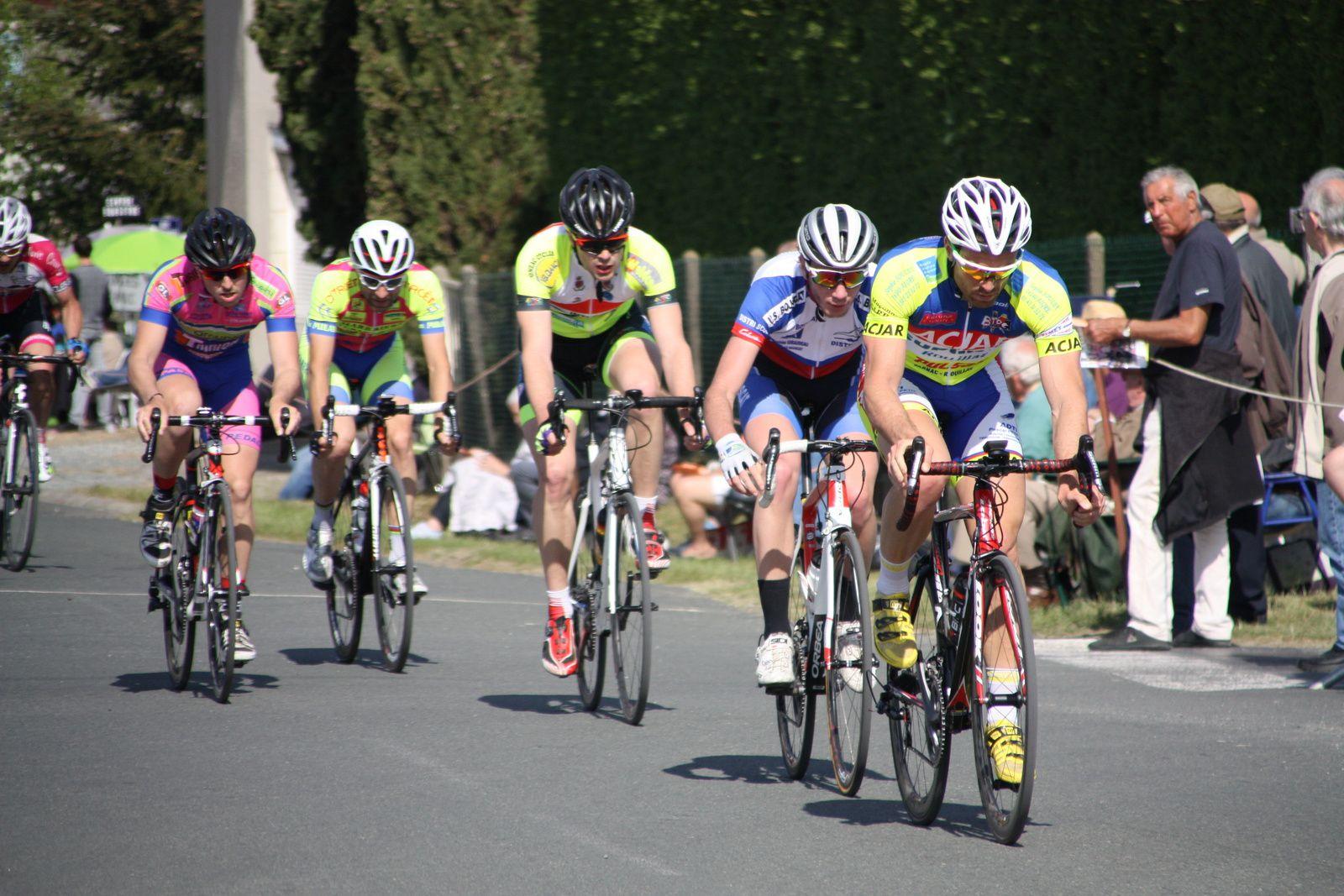 Les  3  hommes  sont  en  train  de  se  mettre  hors  de  portée  du  1er  groupe  composé  de  8  coureurs  alors  que  2  coureurs  de  l'APOGE  sont  sortit  du  peloton