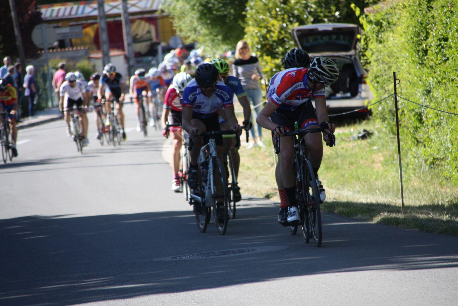 A  2  tour  de  l'arrivée  Florian  LATOUR  est  victime  d'une  crevaison  dans  le  groupe  de  tête, il  ne  reviendra  pas.