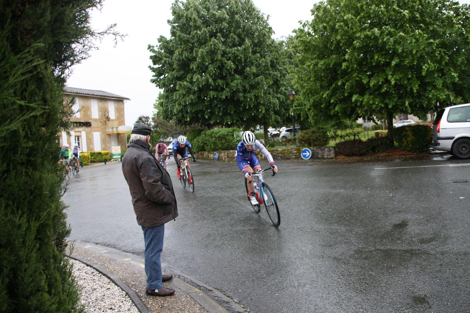 L'écart  diminue  toujours  sous  la  pluie, les  filles  de  la  DN17  roulent  groupéés  dans  le  1er  groupe  de  contre