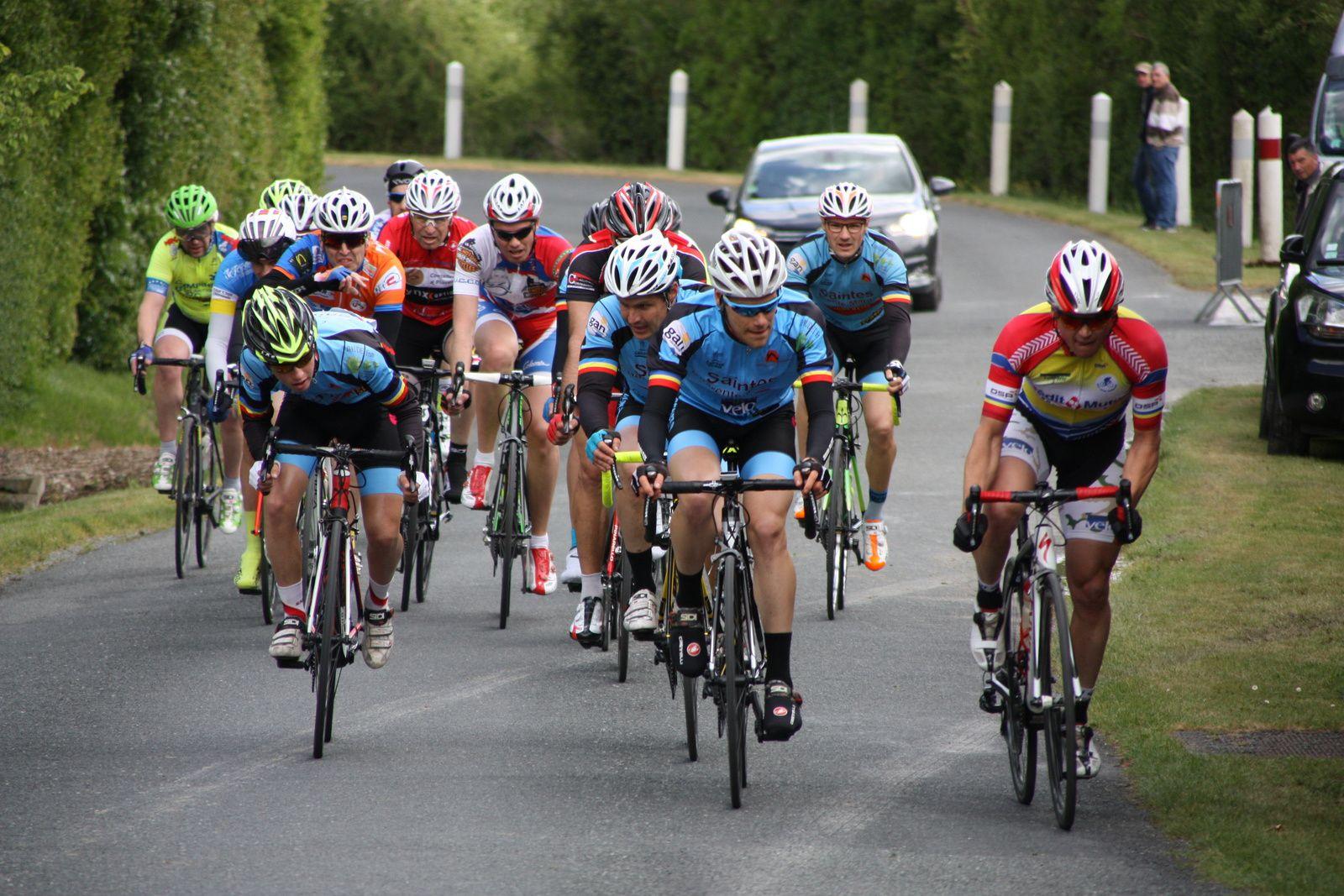 Ils  ne  sont  plus  que  2  en  tête, le  coureur  du  VCC  Marennes  à  disparu, 3  coureurs  sont  en  train  de  tenter  de  revenir