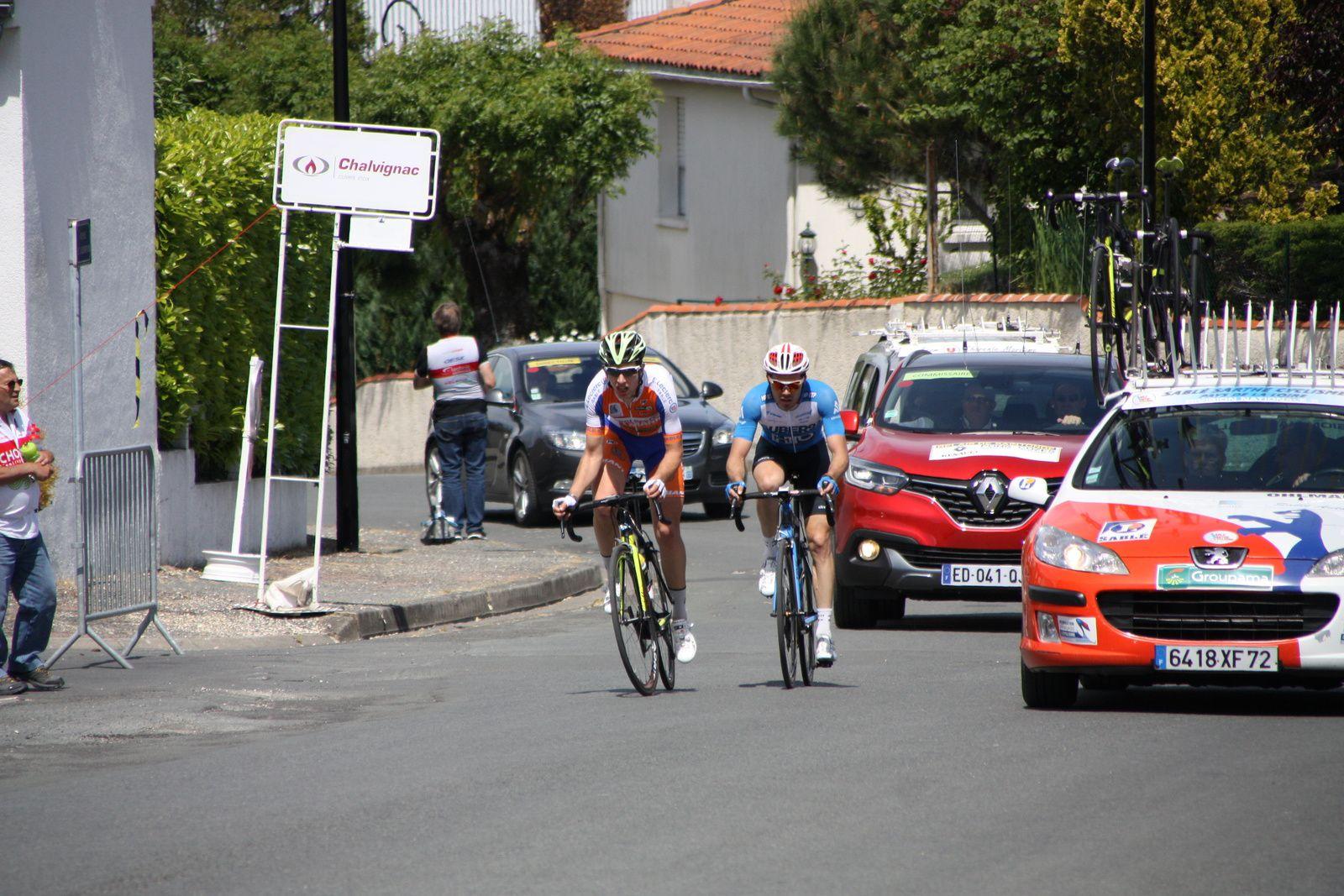 """1er  passage  sur  la  ligne  à  Pons  ils  sont  2  en  tête  avec  1'45""""  d'avance  sur  le  peloton"""