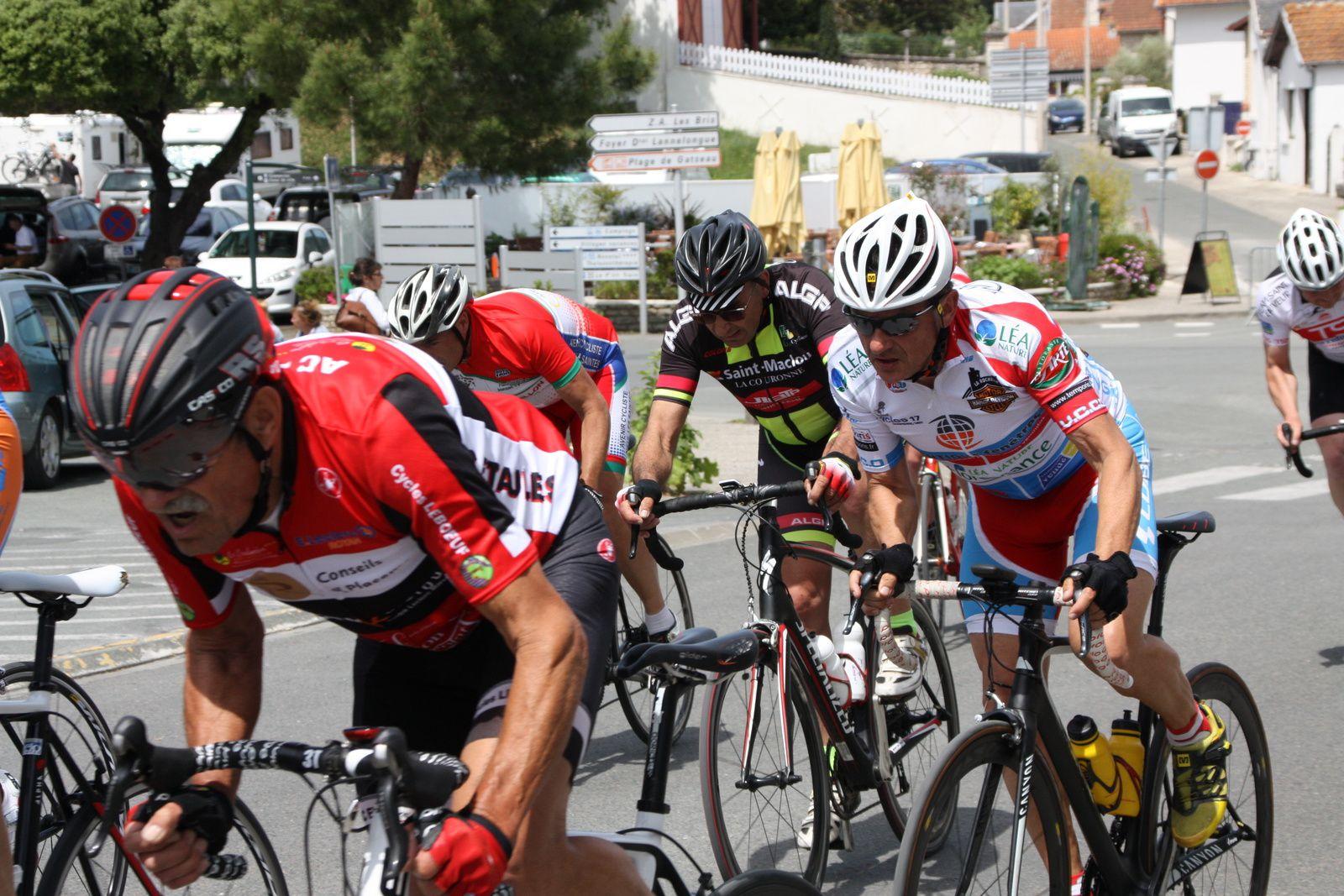 3  coureurs  viennent  de  sortir  avec  Jerome  BERTRAND  et  Philippe  MONDORY