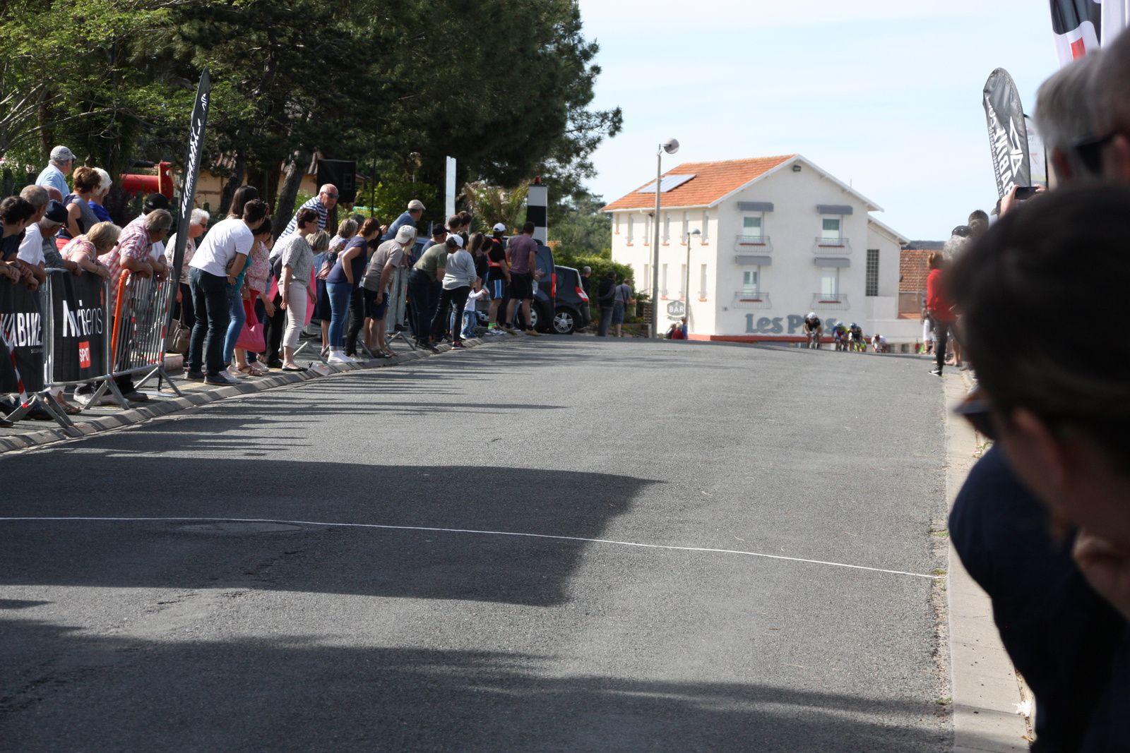 L'arrivée , Damien  PINOT  lance  le  sprint  aux  400  métres, il  est  débordé  dans  les  50  derniers  métres  et  victoire  pour  le  junior  Erwan  MORIN(VC  Charente-Océan), 2e  David  BLANCHAIN(G  Bordeaux)