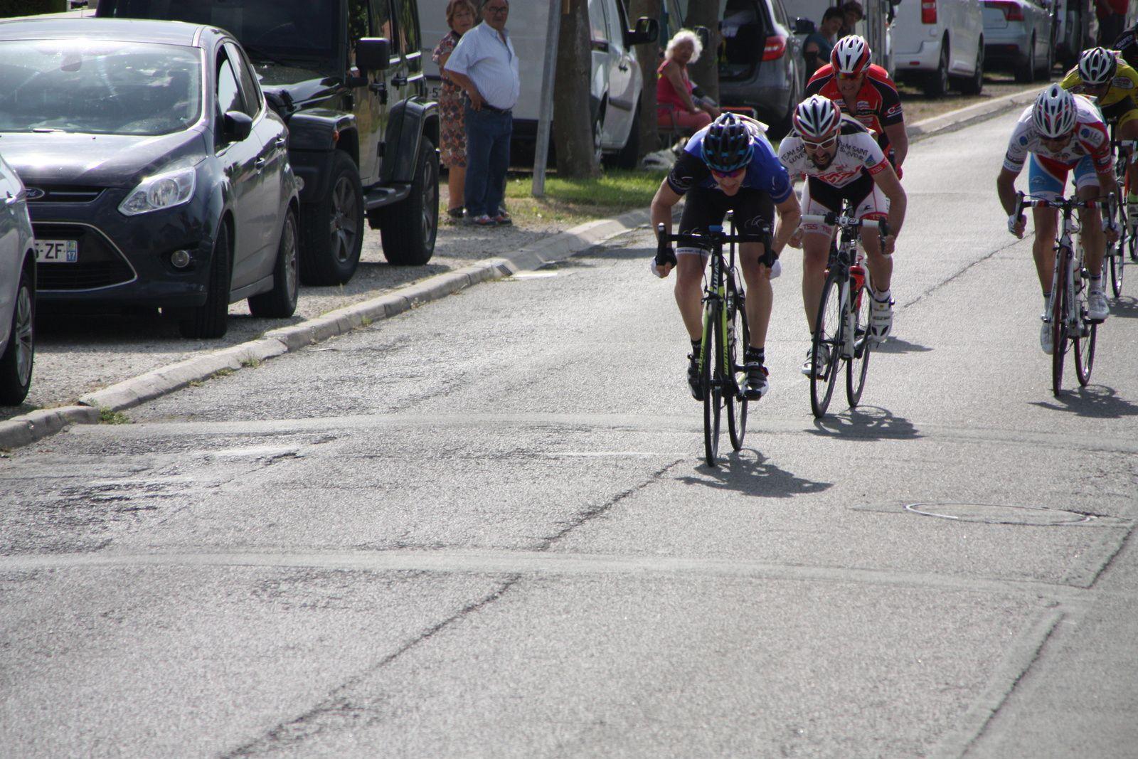 L'arrivée  au  sprint  et  la  victoire du  jeune  coureur  du  Côte  de  Beauté C  Valentin  LIGNERON