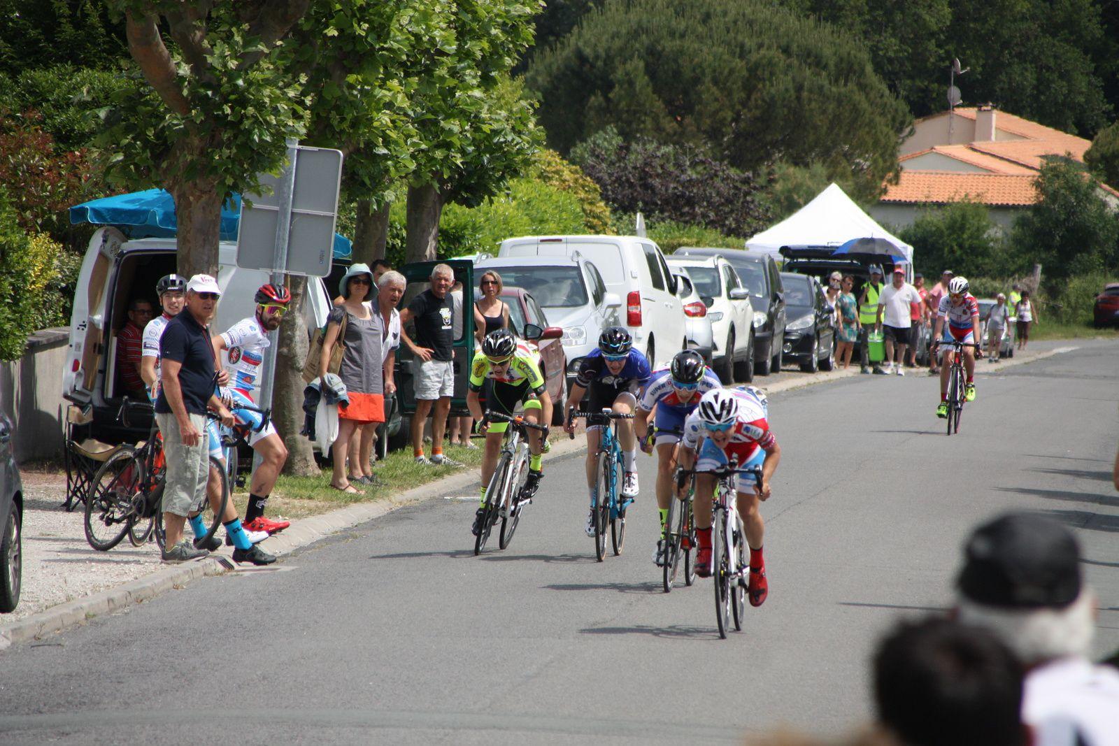 L'arrivée  et  la  victoire  pour  Simon  BOURMAUD(VC  Charente-Océan), 2e  Clément  ANDREAZZA(APOGE), 3e  Simon  BRUET(EC 3M), 4e  Lucas  SCELO(Côte de Beauté C),