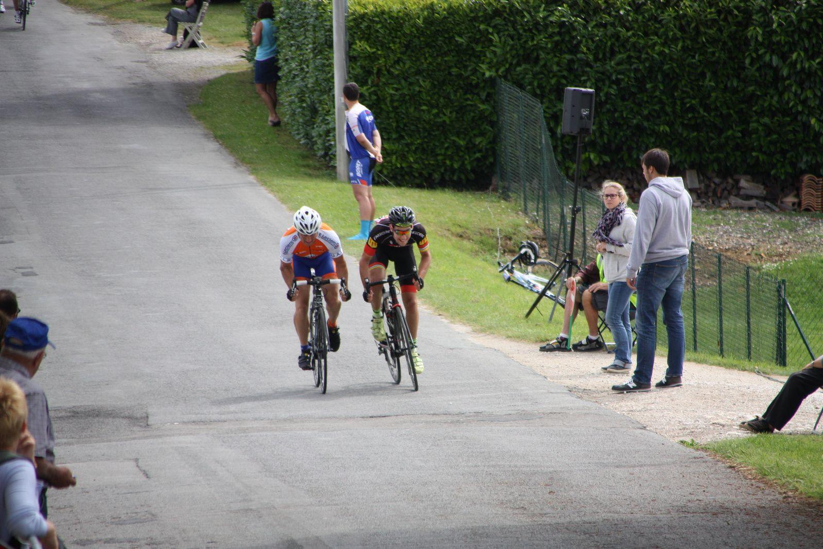 L'arrivée  de  2  coureurs  legerement  detache  et  la  victoire  pour  le  VC  Jarnac.